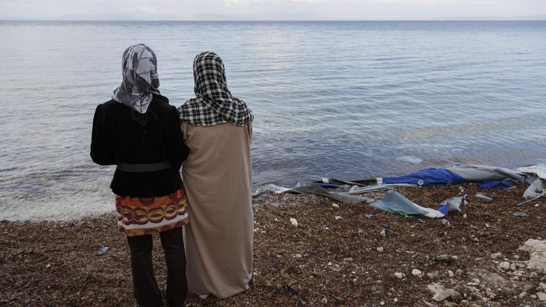 Maisa und ihre Mutter Fatima schauen auf das Meer