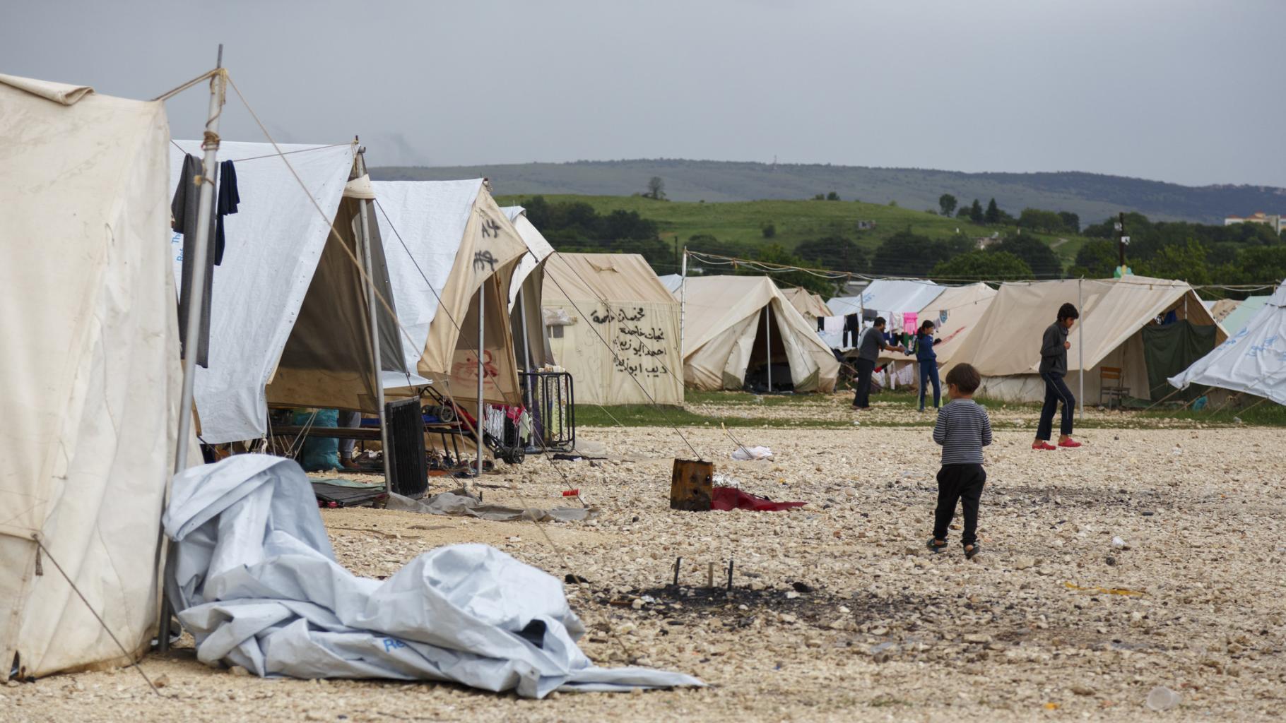 Kinder zwischen Zelten in einem Flüchtlingscamp im Griechenland
