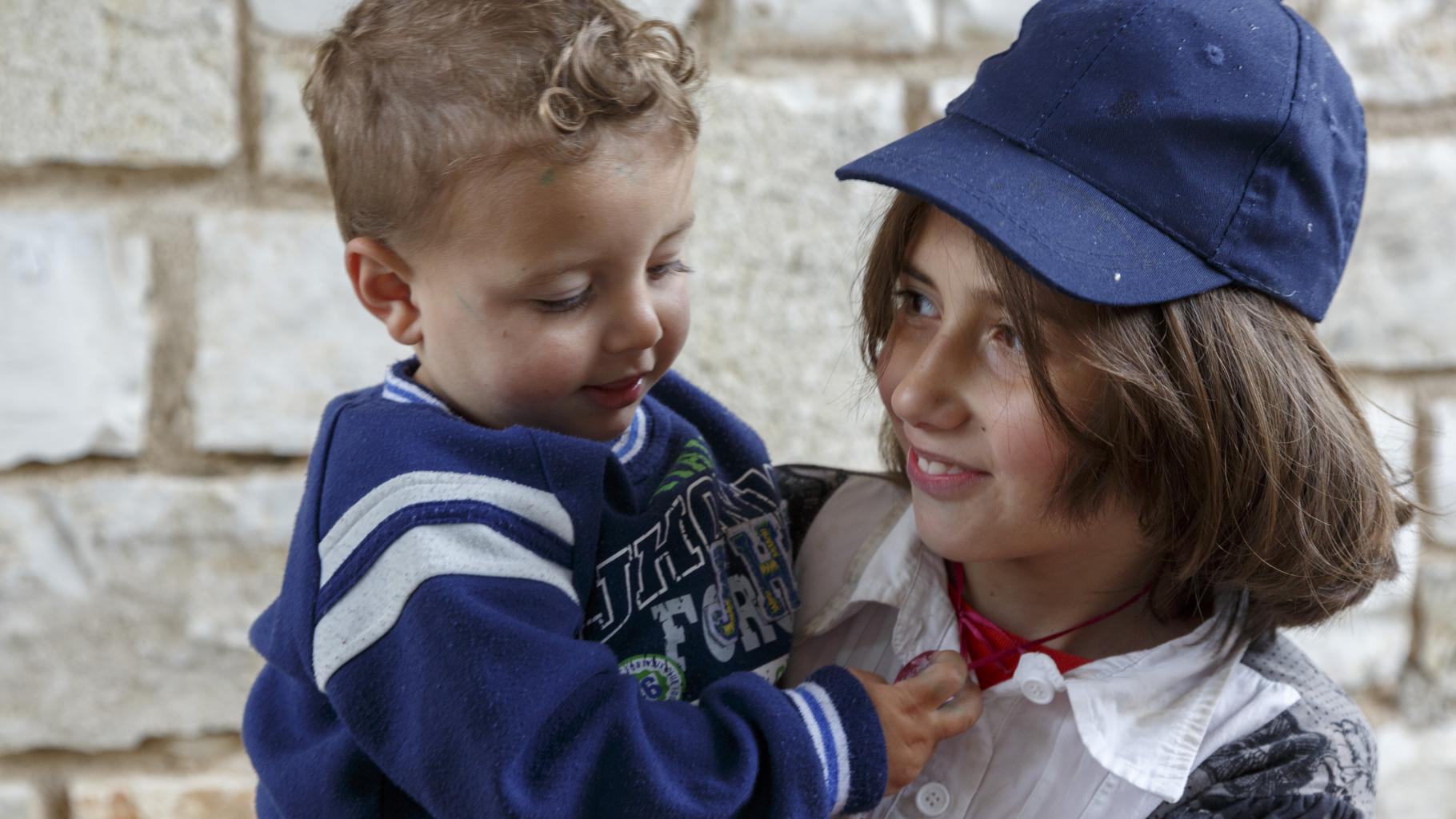 Misso hält ihren kleinen Bruder Zee auf dem Arm