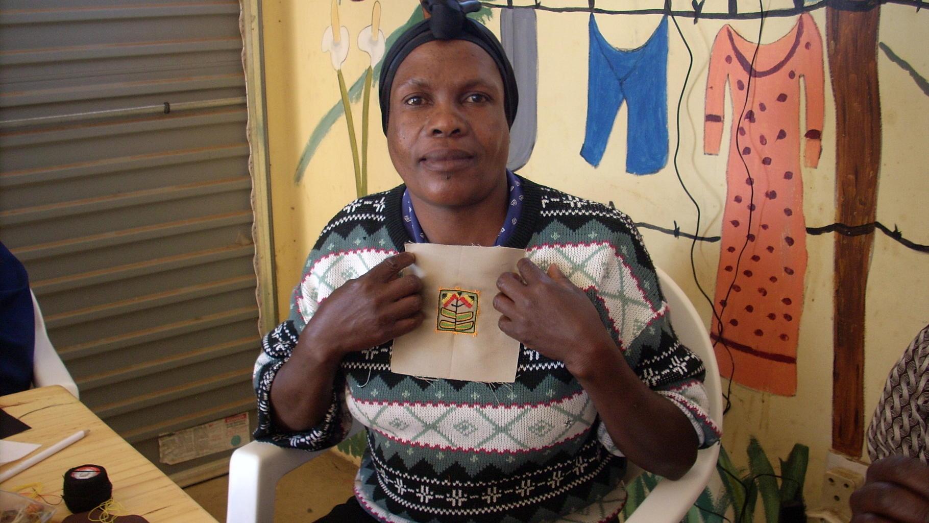 Foto: Frau präsentiert ihre Handareit