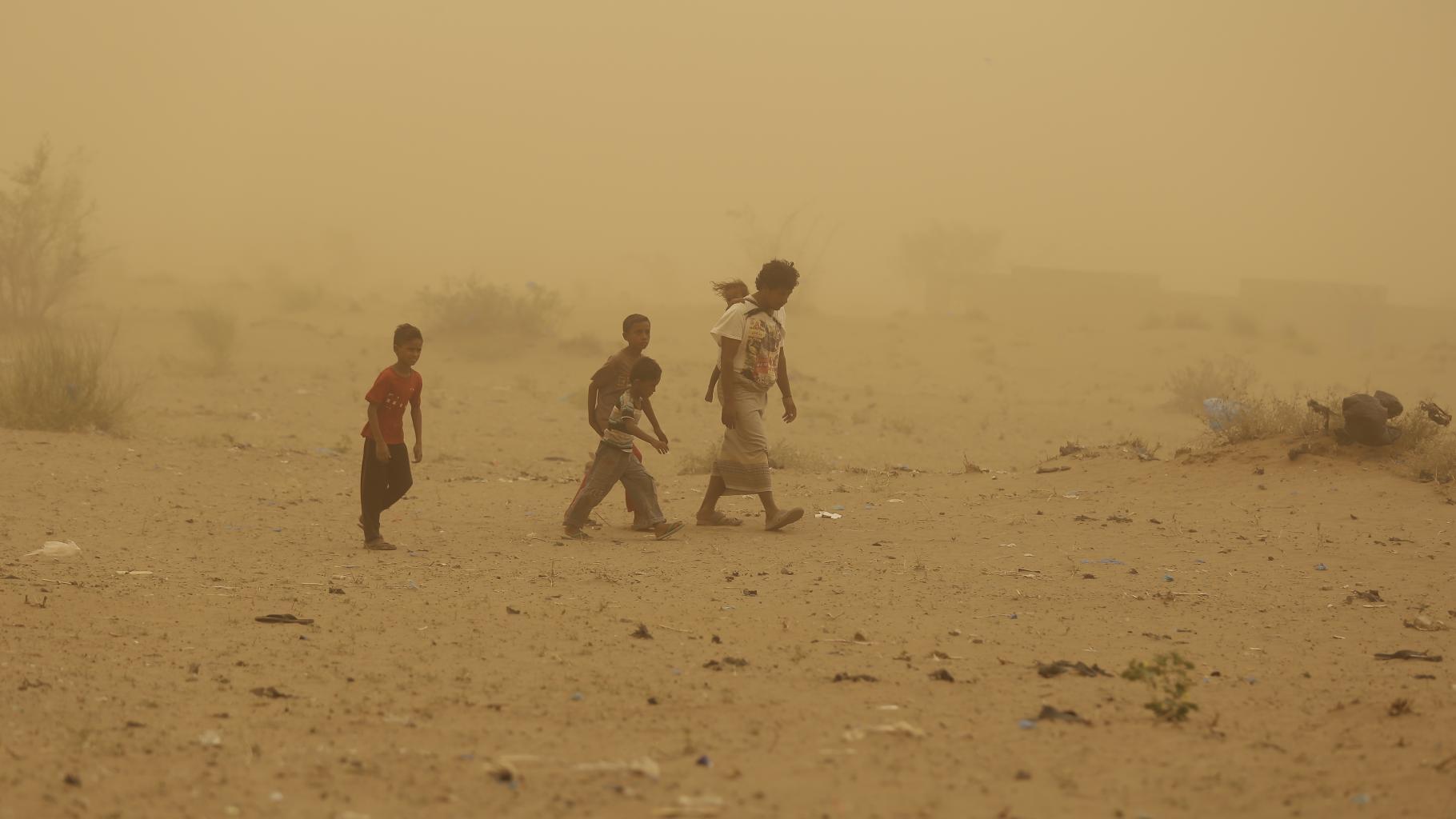 Ahmed flieht mit seinen Kindern aus Jemens Hafenstadt Al-Hudaida