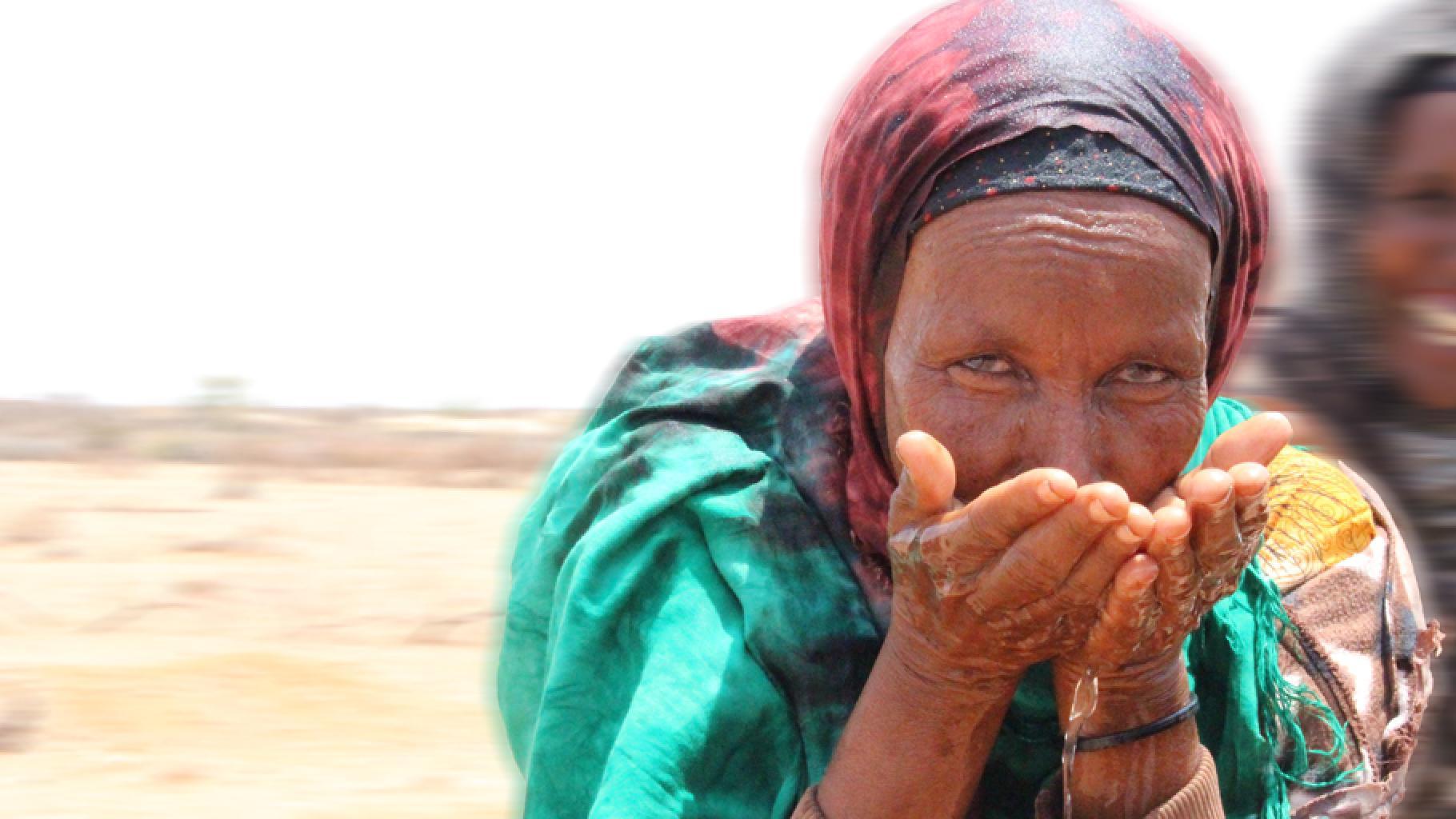 Amina Ibrahim aus Äthiopien trinkt Wasser aus ihren Händen