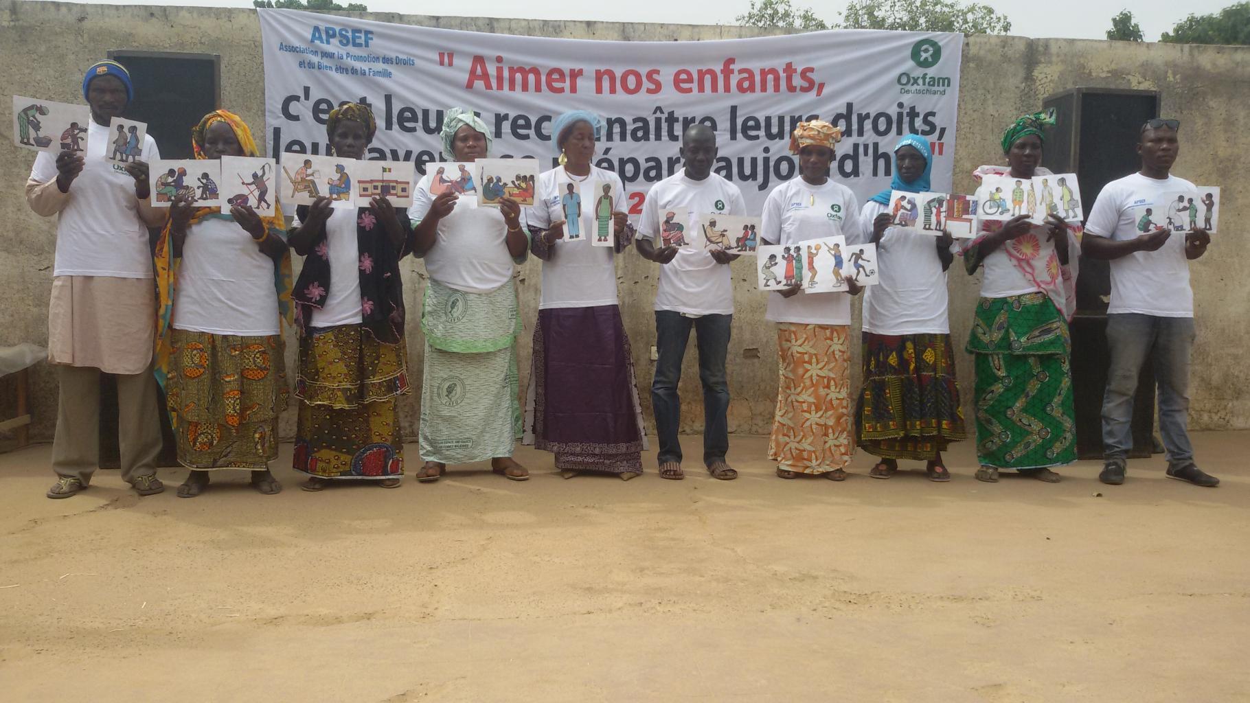 Mitarbeiter/innen von APSEF und Dorfvertreter/innen bei einer Informationsveranstaltung in Nyamina
