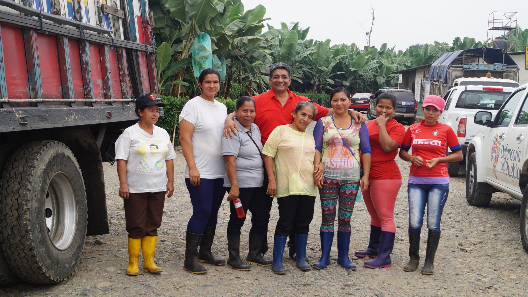 Mitarbeiter/innen von ASTAC mit ecuadorianischen Plantagenarbeiterinnen an ihrem Arbeitsplatz