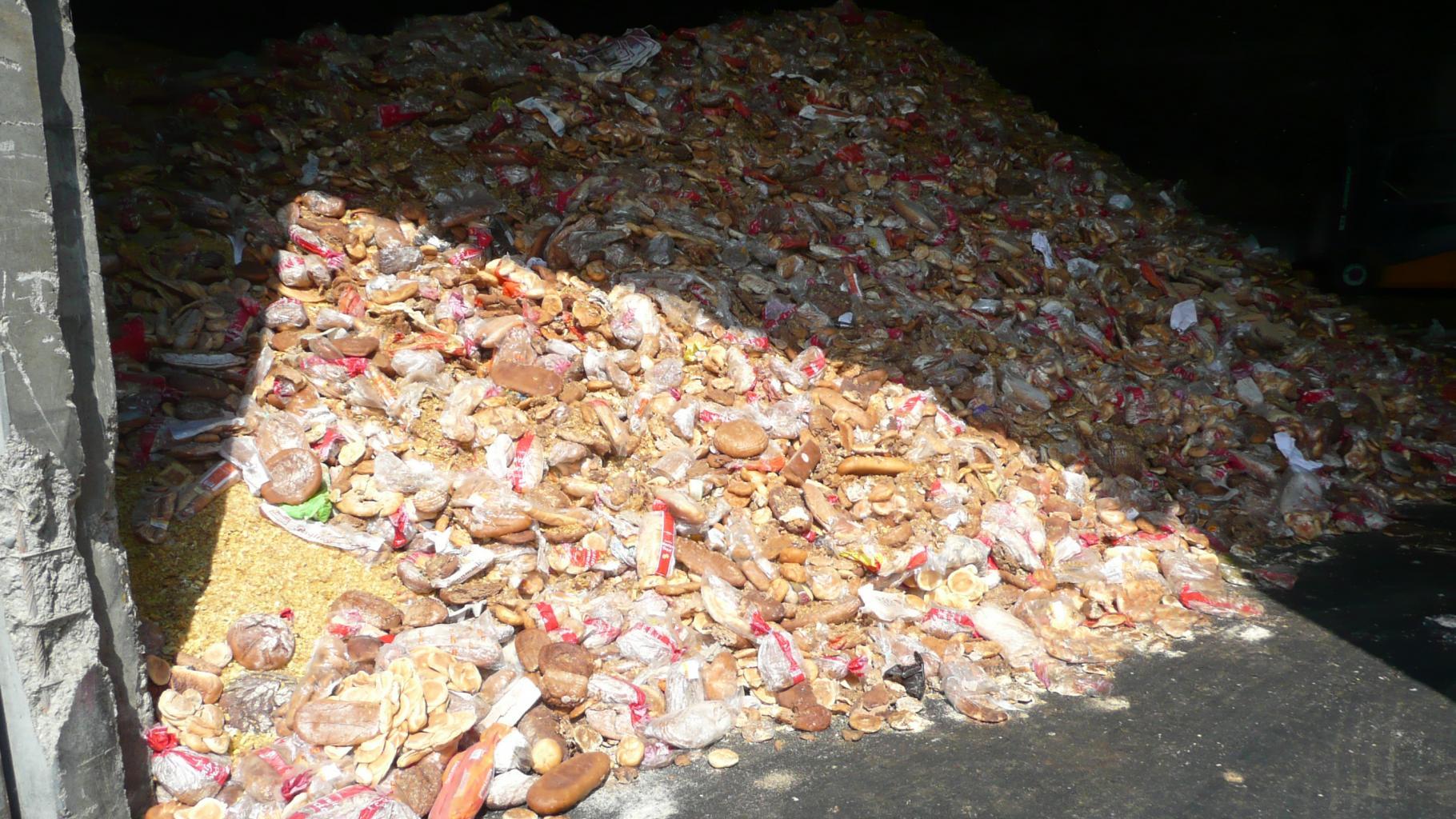 Brot auf dem Müll