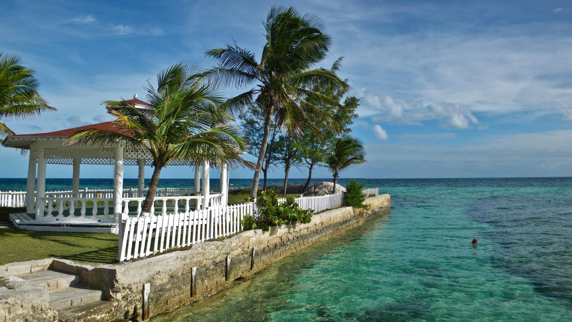 Ein Pavillon unter Palmen am Meer