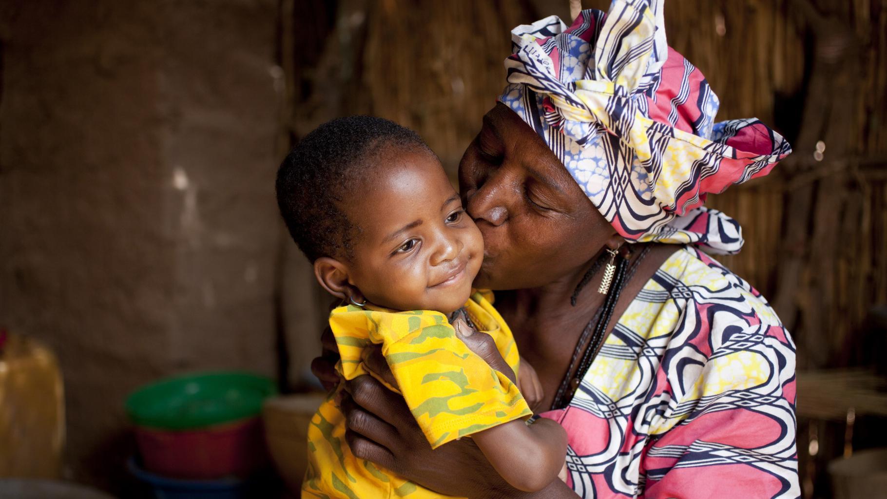 Binta Boukary aus Niger und Tochter Fati. Die Zweijährige wurde mit Oxfams Unterstützung wieder gesund.