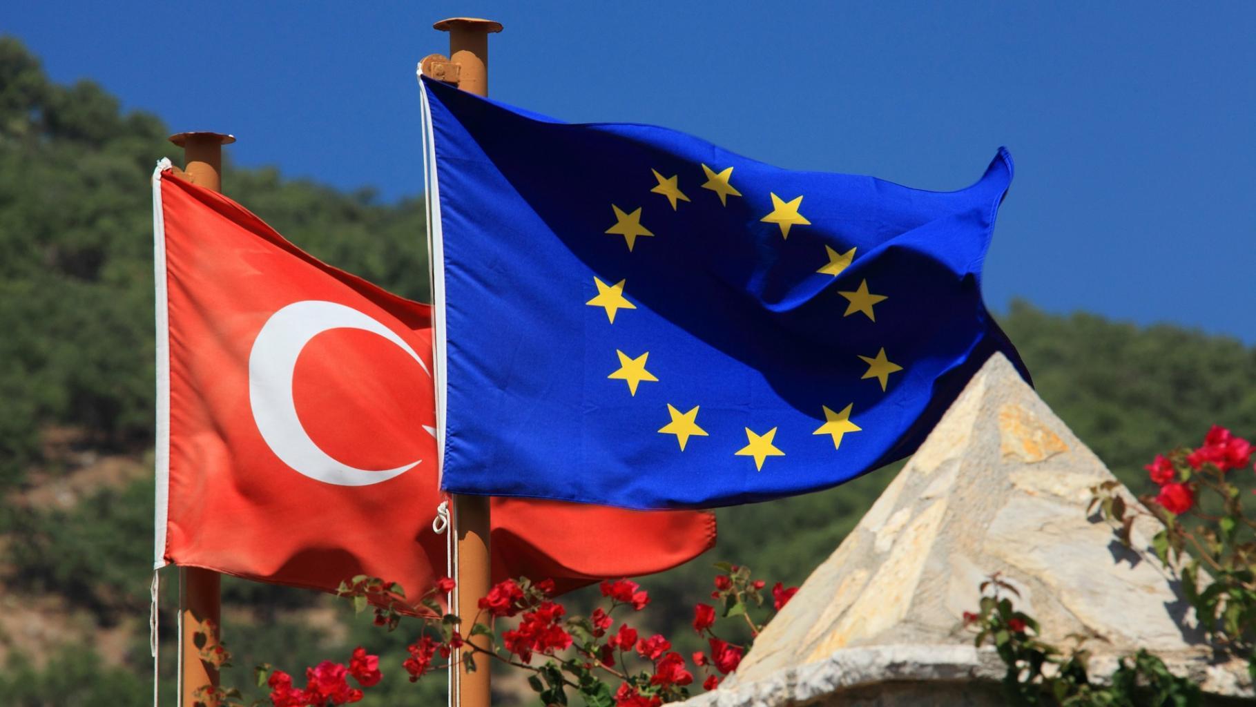 Die Flaggen der EU und der Türkei. Ihr Abkommen ist ein schlechter Deal für Geflüchtete.