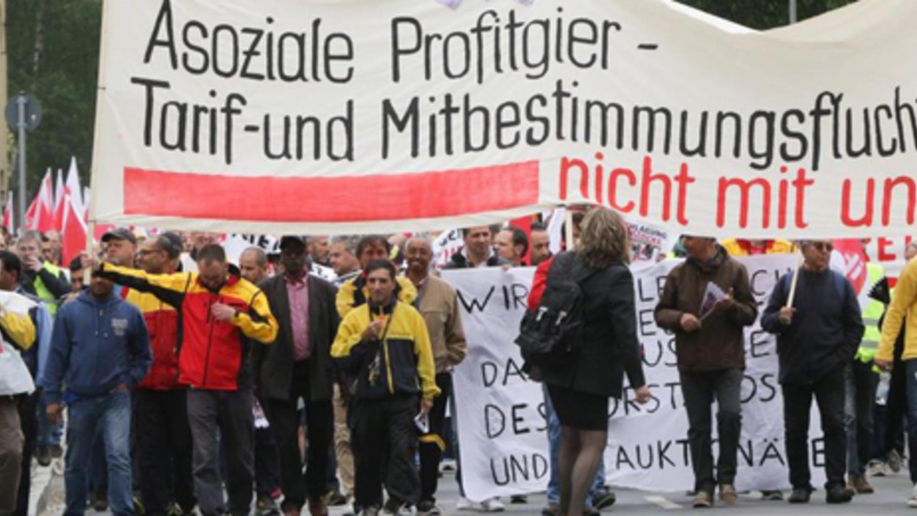 Frankfurt-Höchst: Postbeschäftigte auf dem Weg zur Kundgebung © Frank Rumpenhors