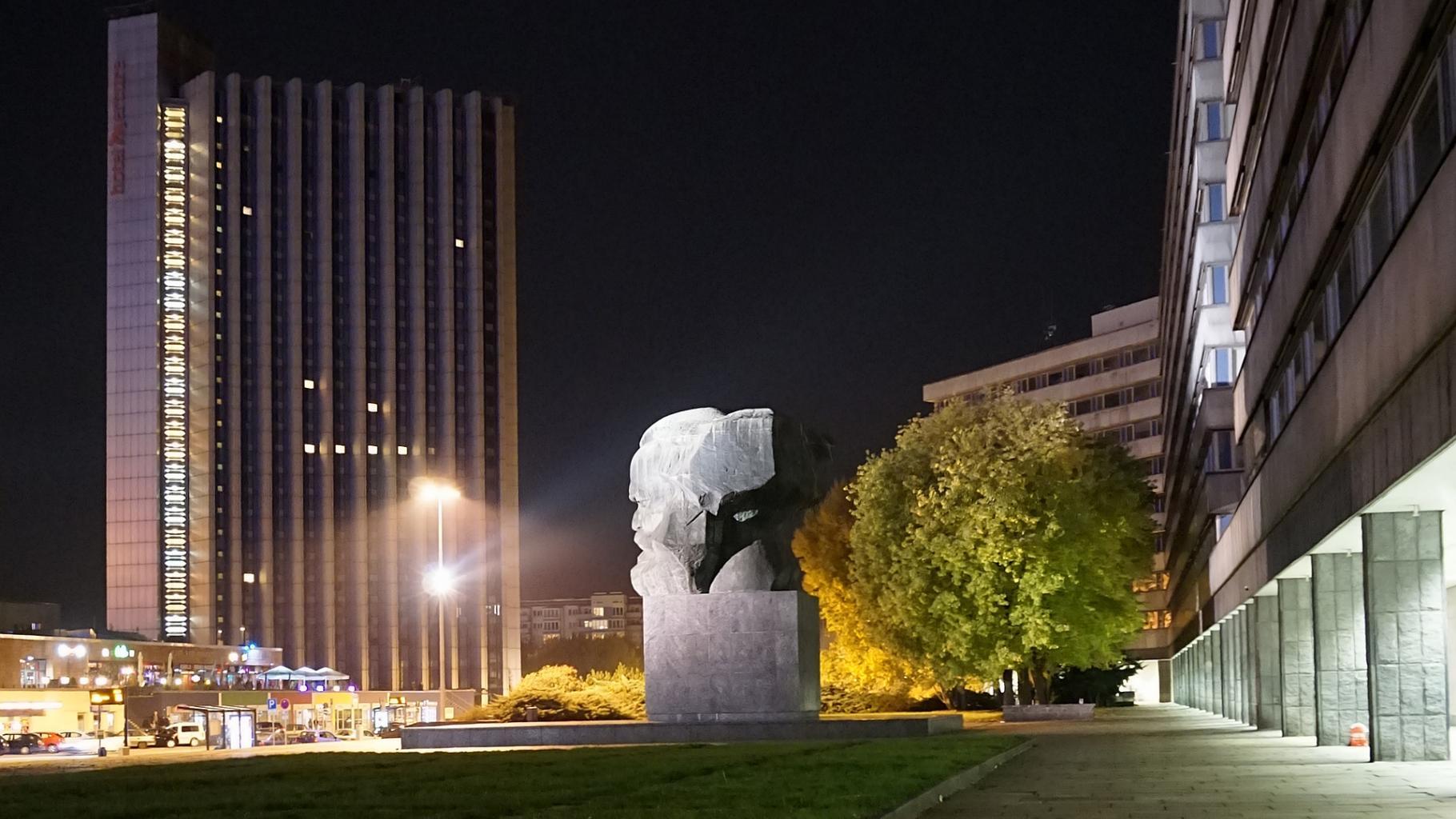 Das ehemalige Karl-Marx-Forum in Chemnitz bei Nacht
