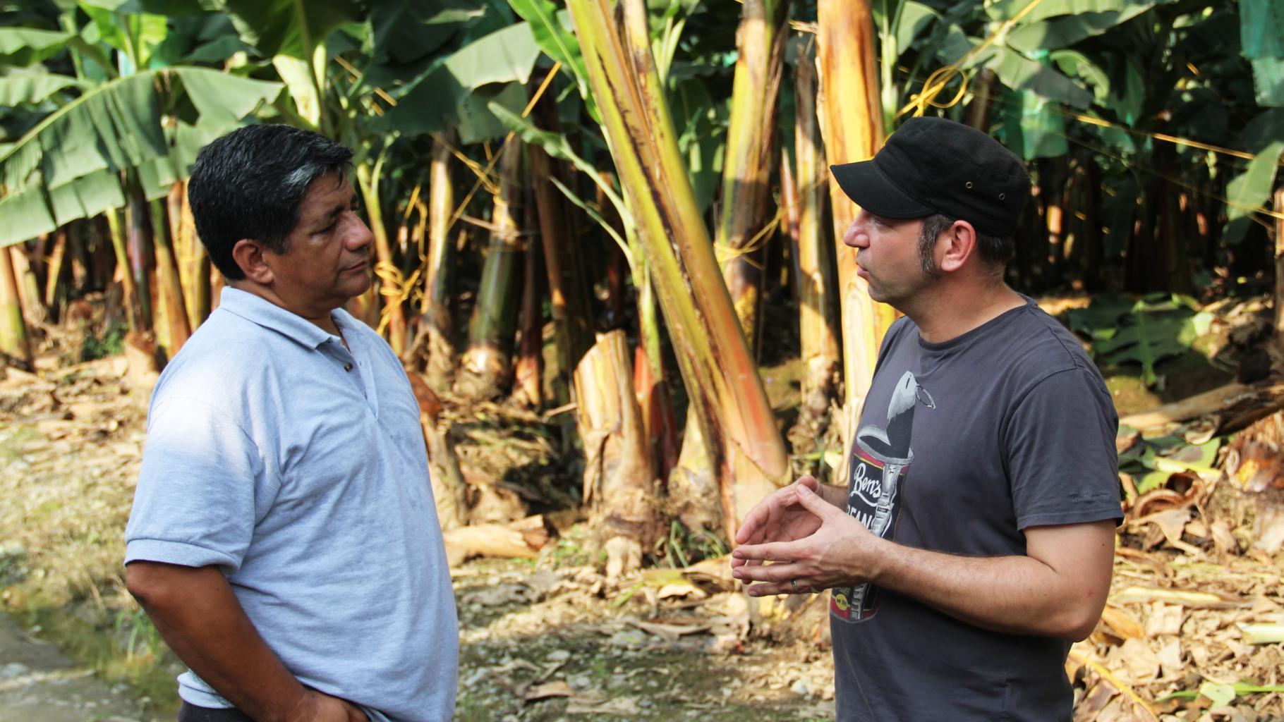 Ole Plogstedt unterhält sich mit Jorge Acosta vor Bananenstauden