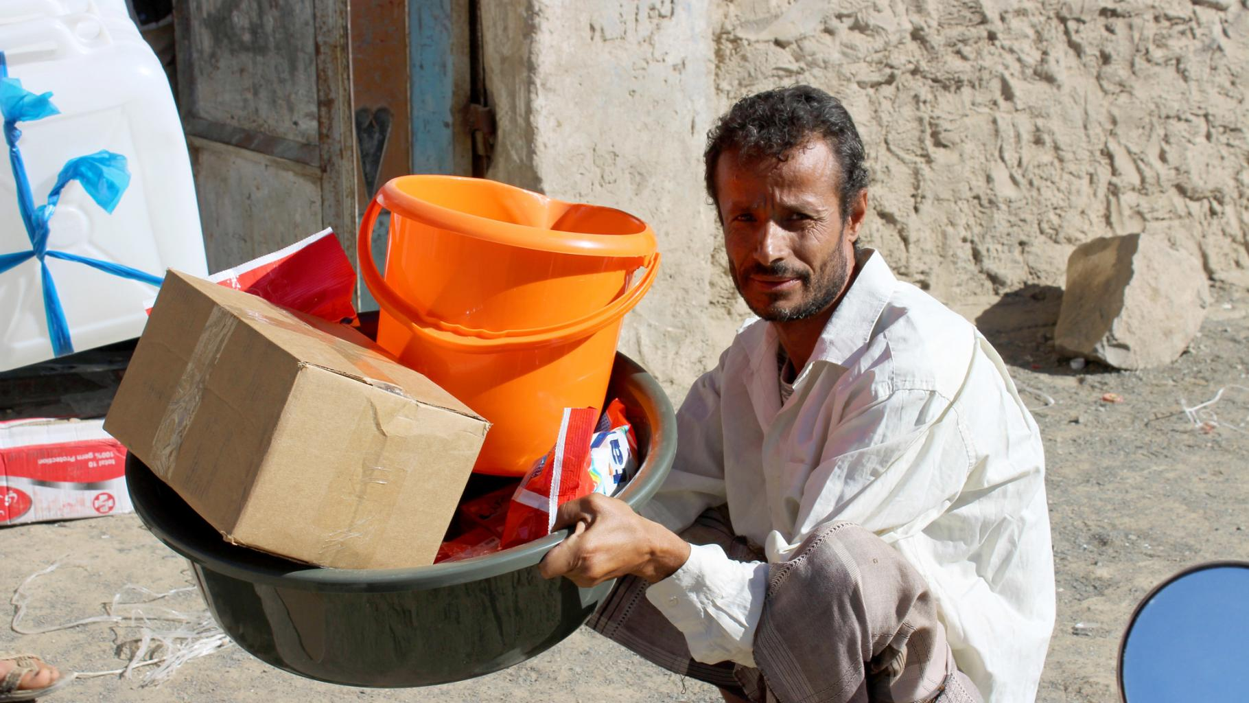 Fekri mit einem Hygiene-Set, um sich besser vor Infektionskrankheiten zu schützen