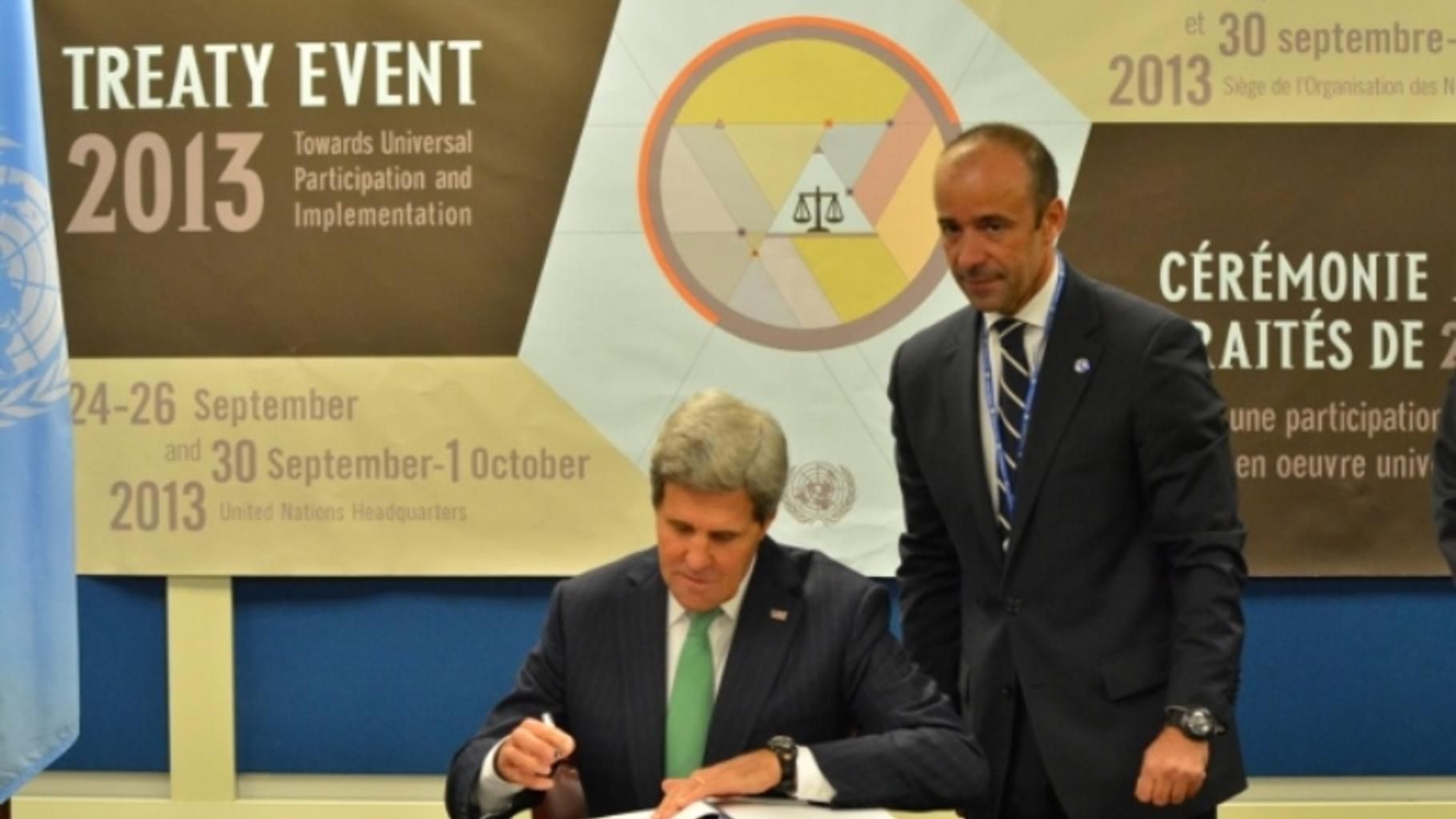 John Kerry unterzeichnet den Arms Trade Treaty