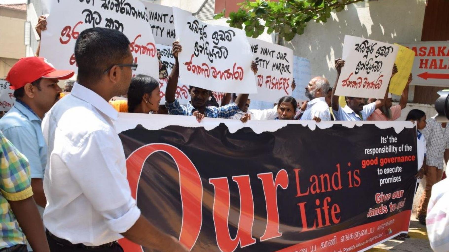 Enteignete Kleinbauern und -bäuerinnen protestieren im Februar 2016 in Colombo.