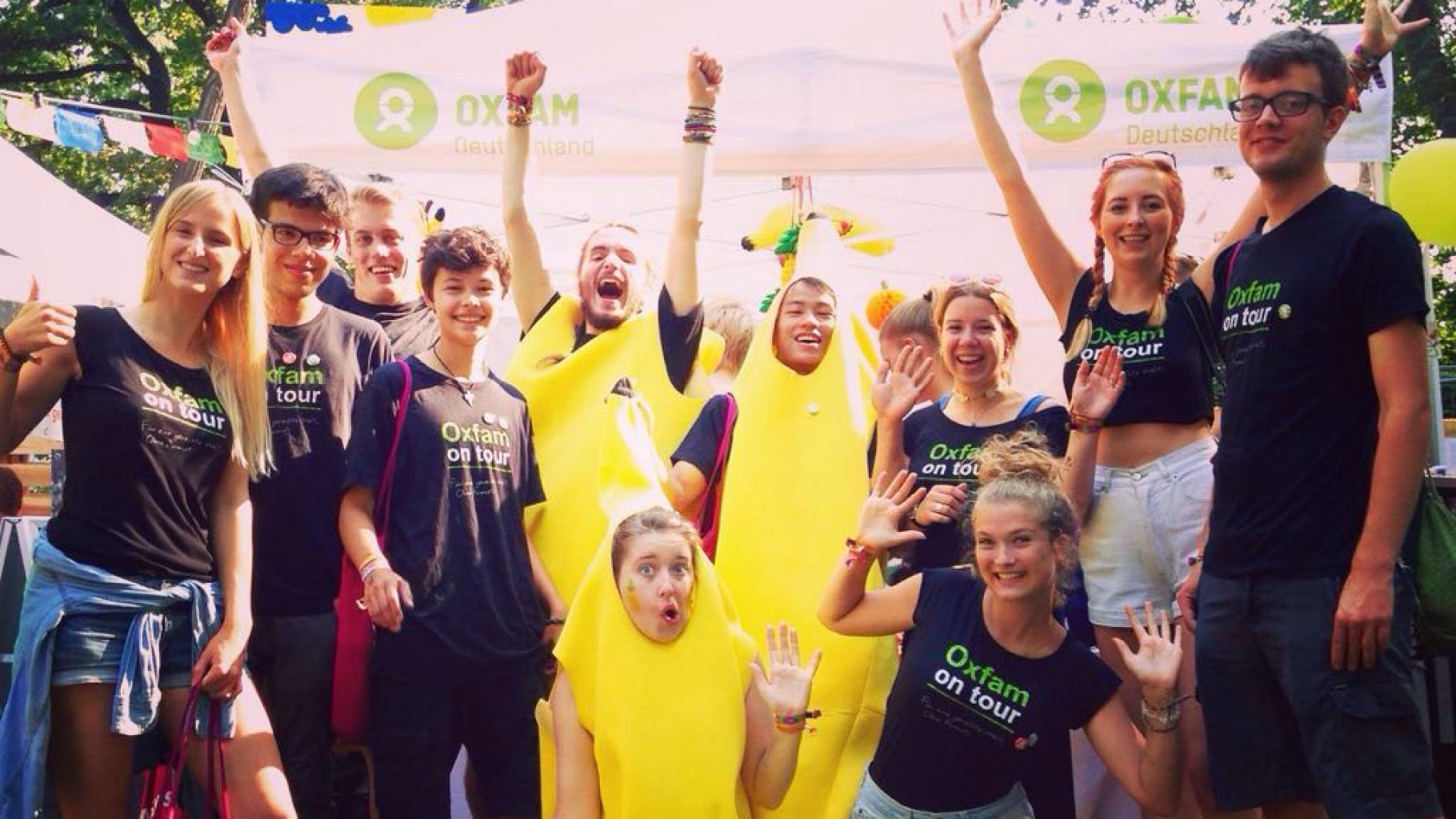 Gruppenbild vieler Freilliger, einige als Banane verkleidet