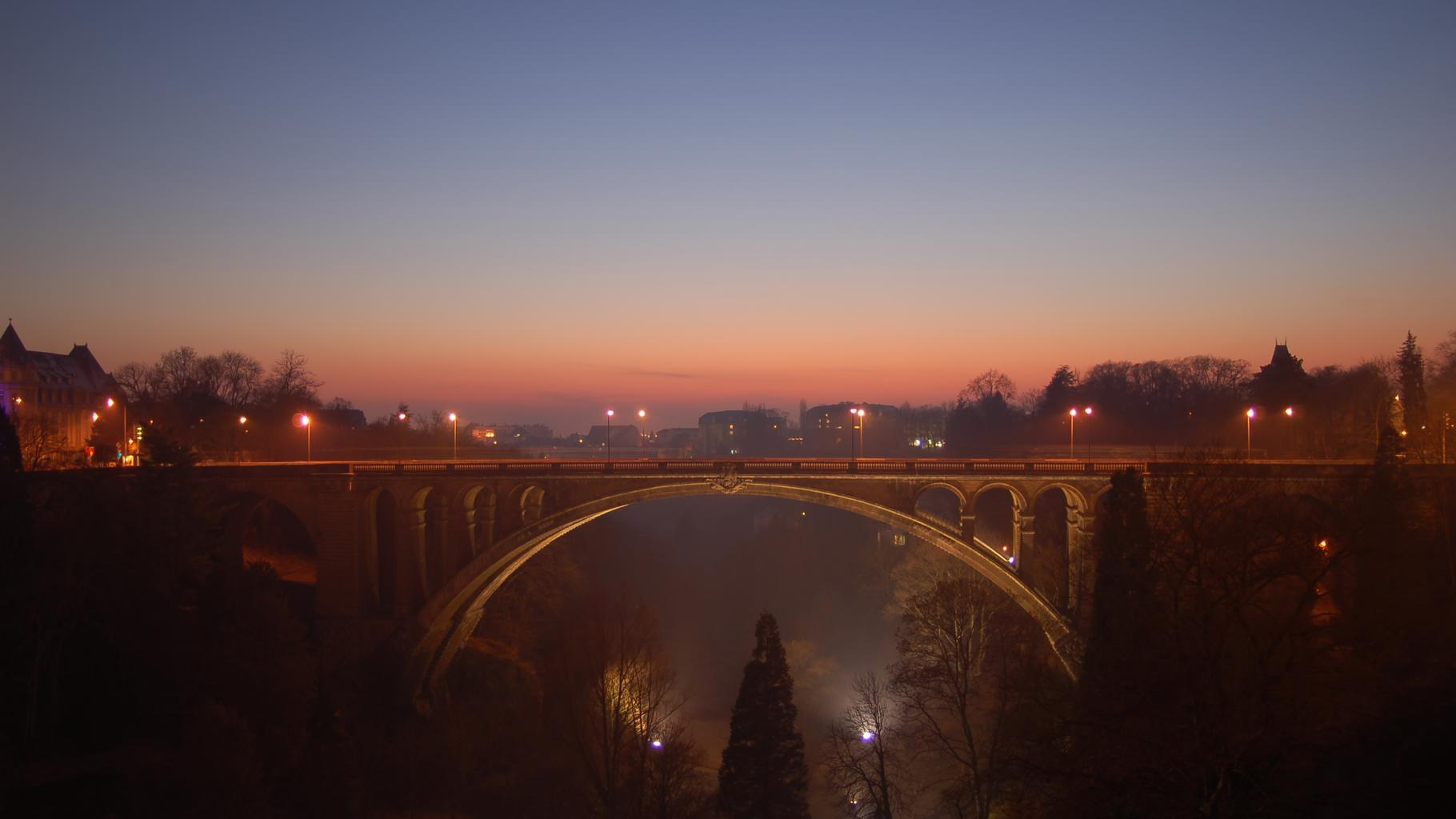 Adolphe-Brücke in der Dämmerung