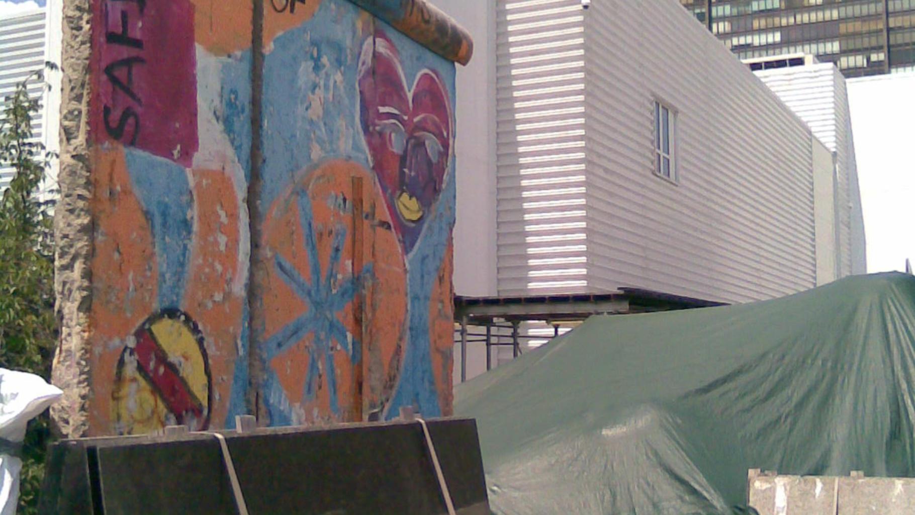 Fragment der Berliner Mauer inmitten der UN-Baustelle. © Robert Lindner