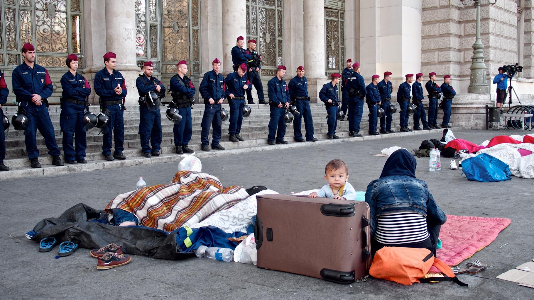 Flüchtlinge warten vor dem Bahnhof in Budapest