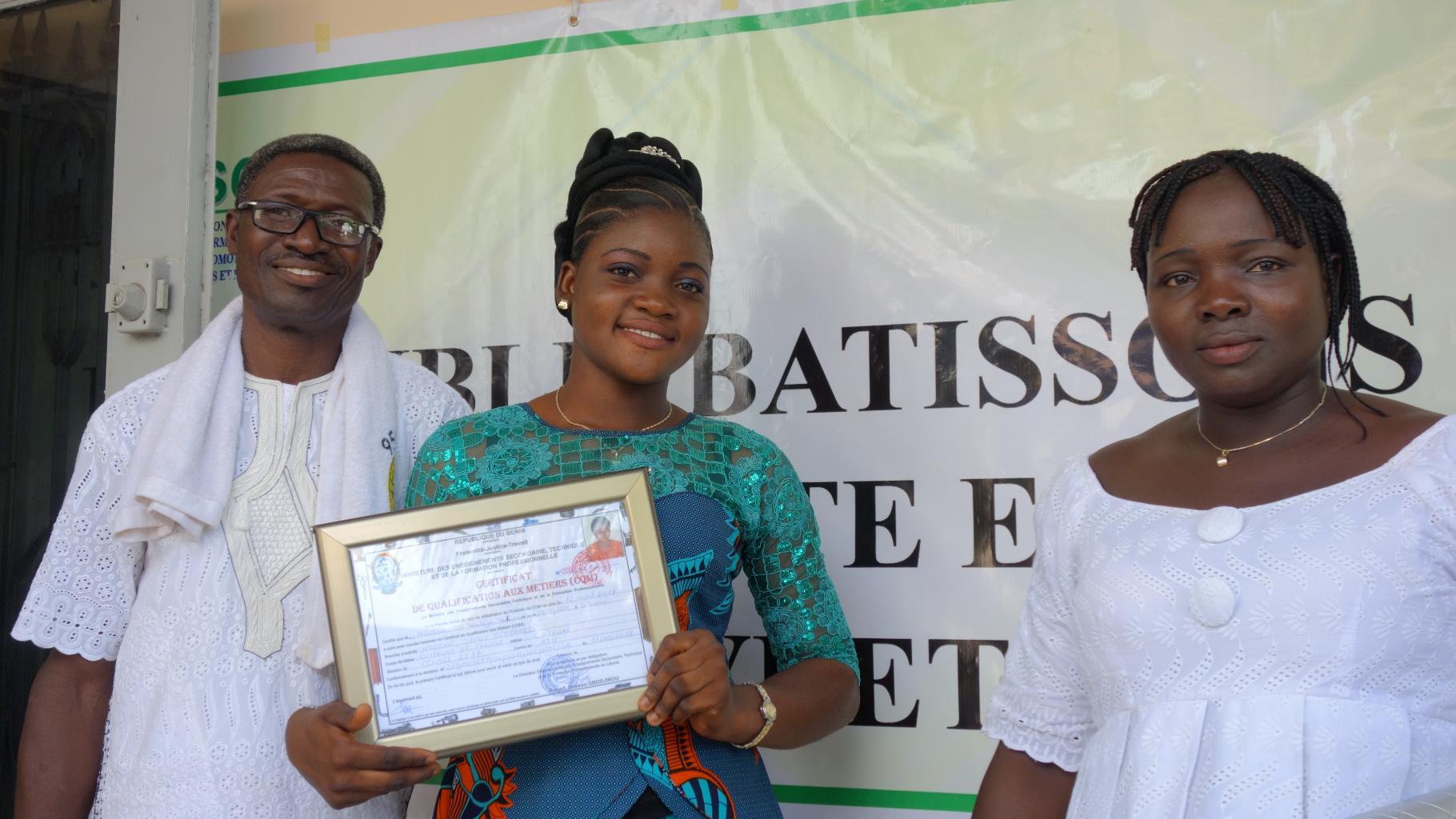 Nadège mit ihrem Diplom. Im Bild rechts ist ihre Mutter zu sehen.