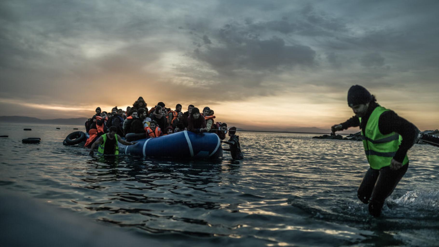 Geflüchtete erreichen die griechische Insel Lesbos in einem Schlauchboot.
