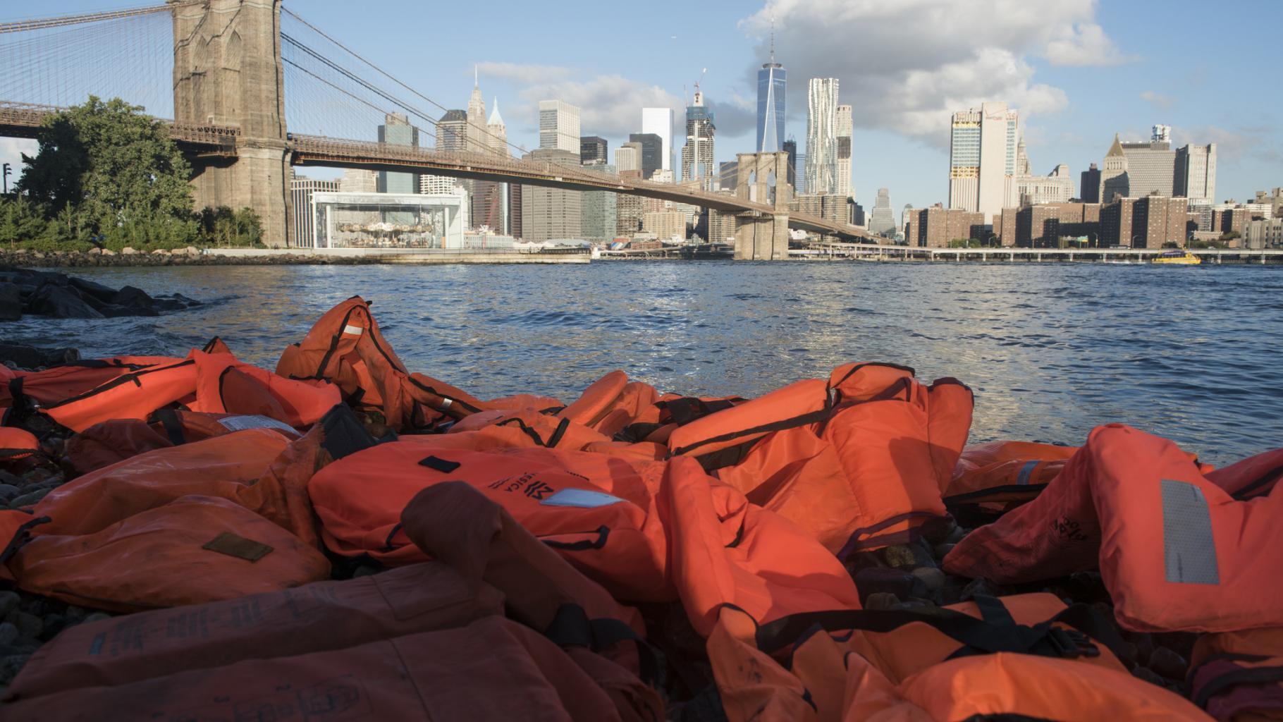 An einem Strand von New York türmen sich hunderte Rettungswesten © OXFAM/Darren Ornitz