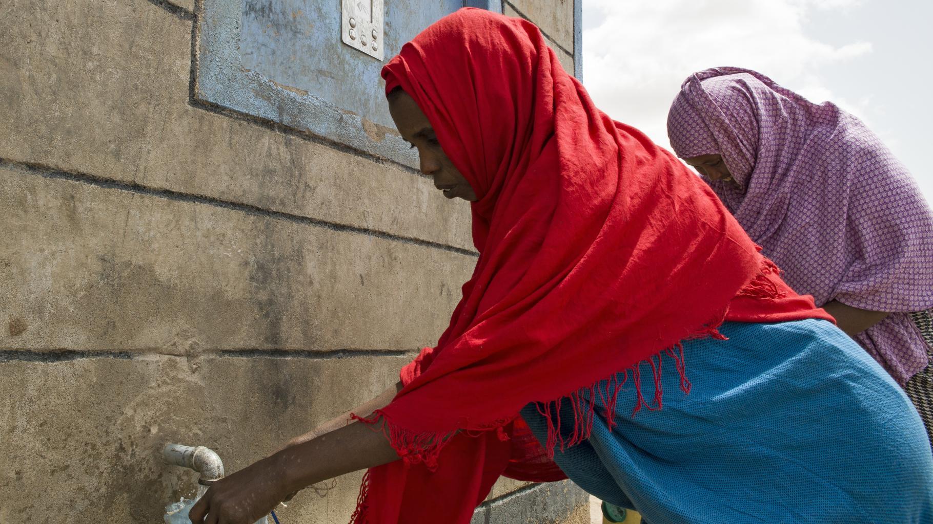 """An den Wasserautomaten können die Menschen per Chip sauberes Wasser """"abheben""""."""