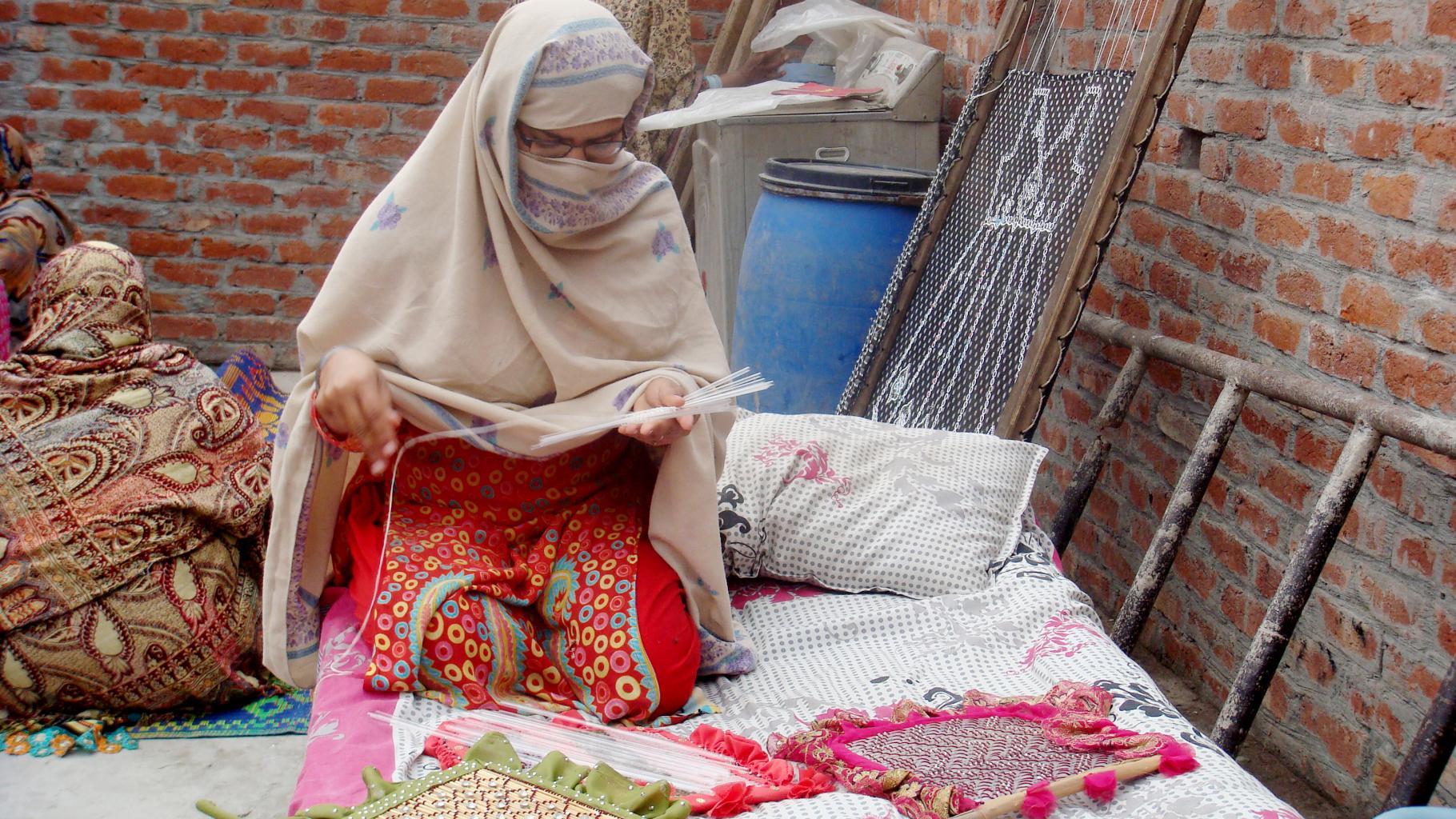 Heimarbeiterin in Pakistan
