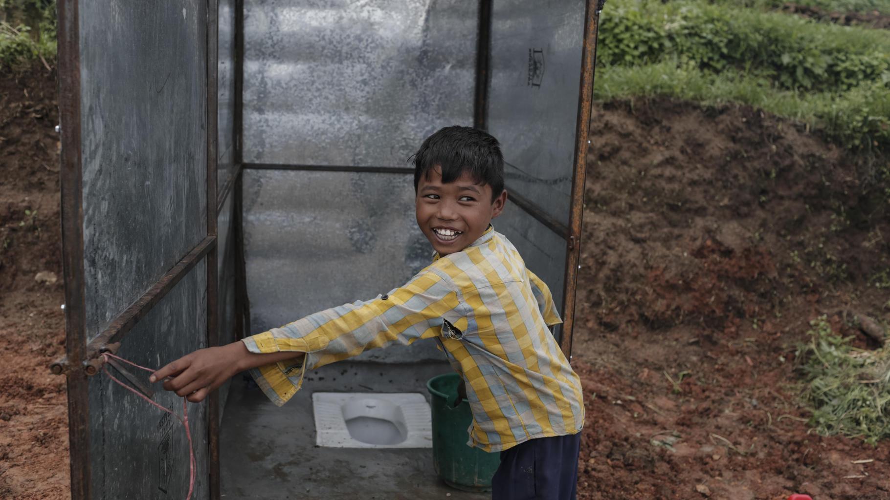 Man Bahadur vor einer von Oxfam aufgestellten Toilette, Kathmandu.