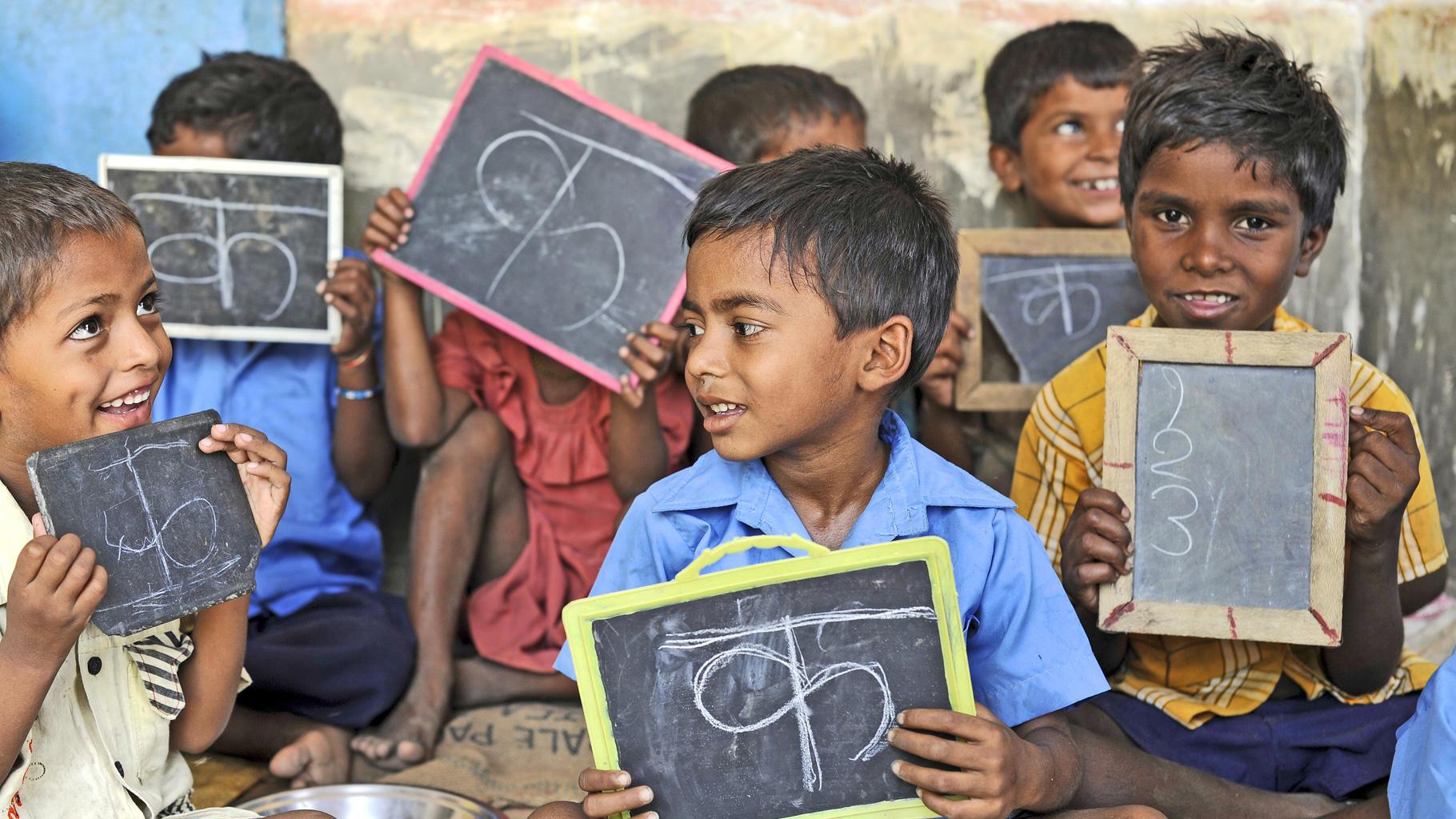 Schulkinder halten Tafeln