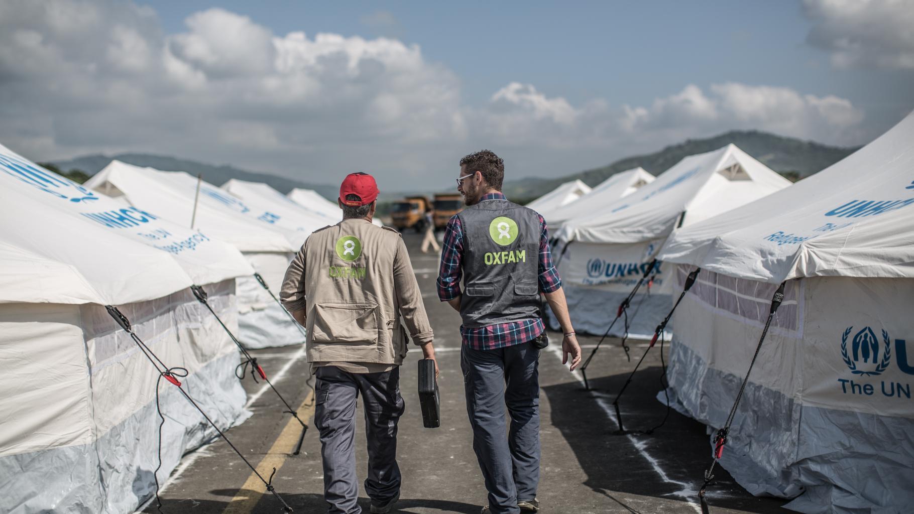 Zwei Oxfam-Mitarbeiter in einem Notzeltlager