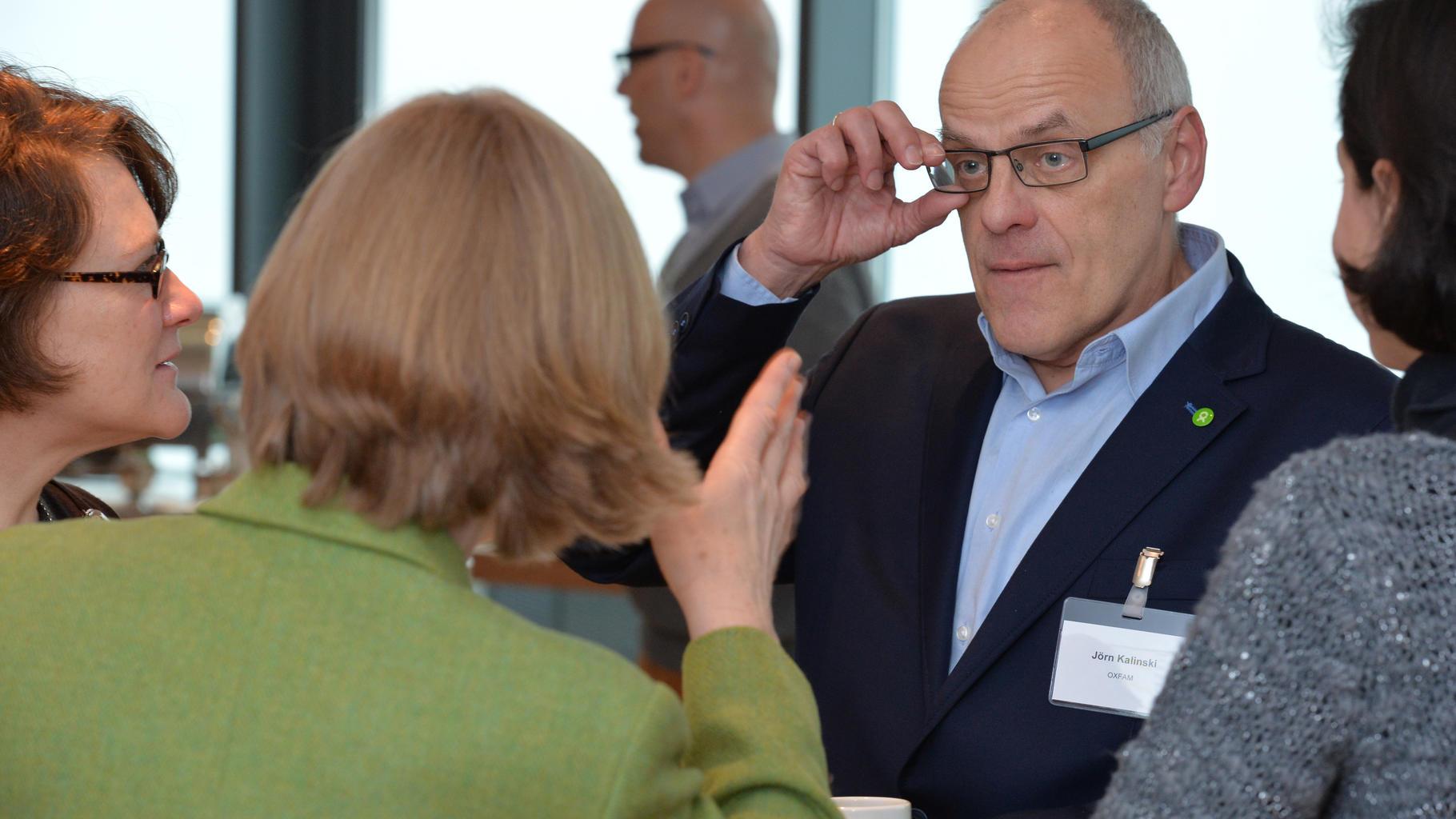 Teilnehmer/innen des Expertengesprächs diskutieren.