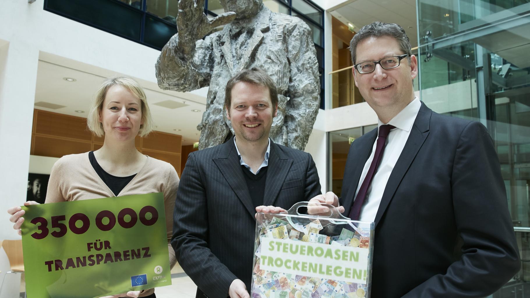 Charlotte Becker und Tobias Hauschild übergeben 350.000 Unterschriften an SPD