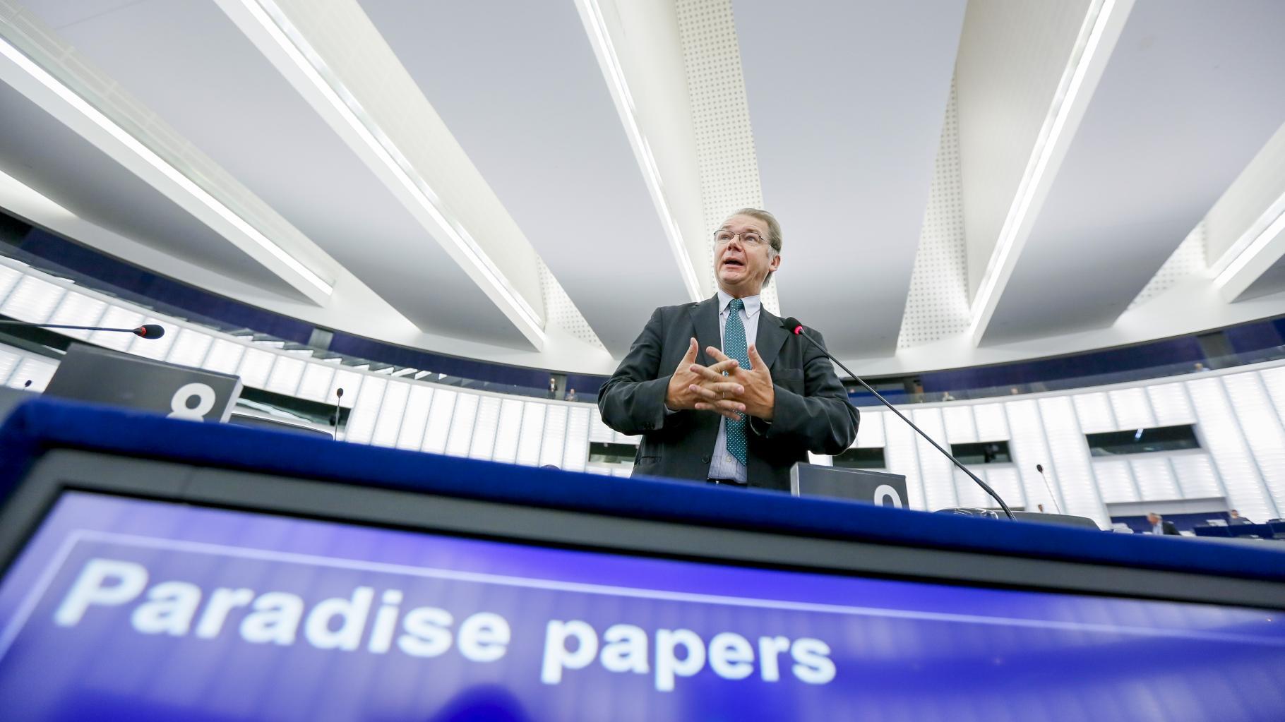 """Ein Parlamentarier spricht; im Vordergrund ein Bildschirm, der die Worte """"Paradise papers"""" anzeigt"""