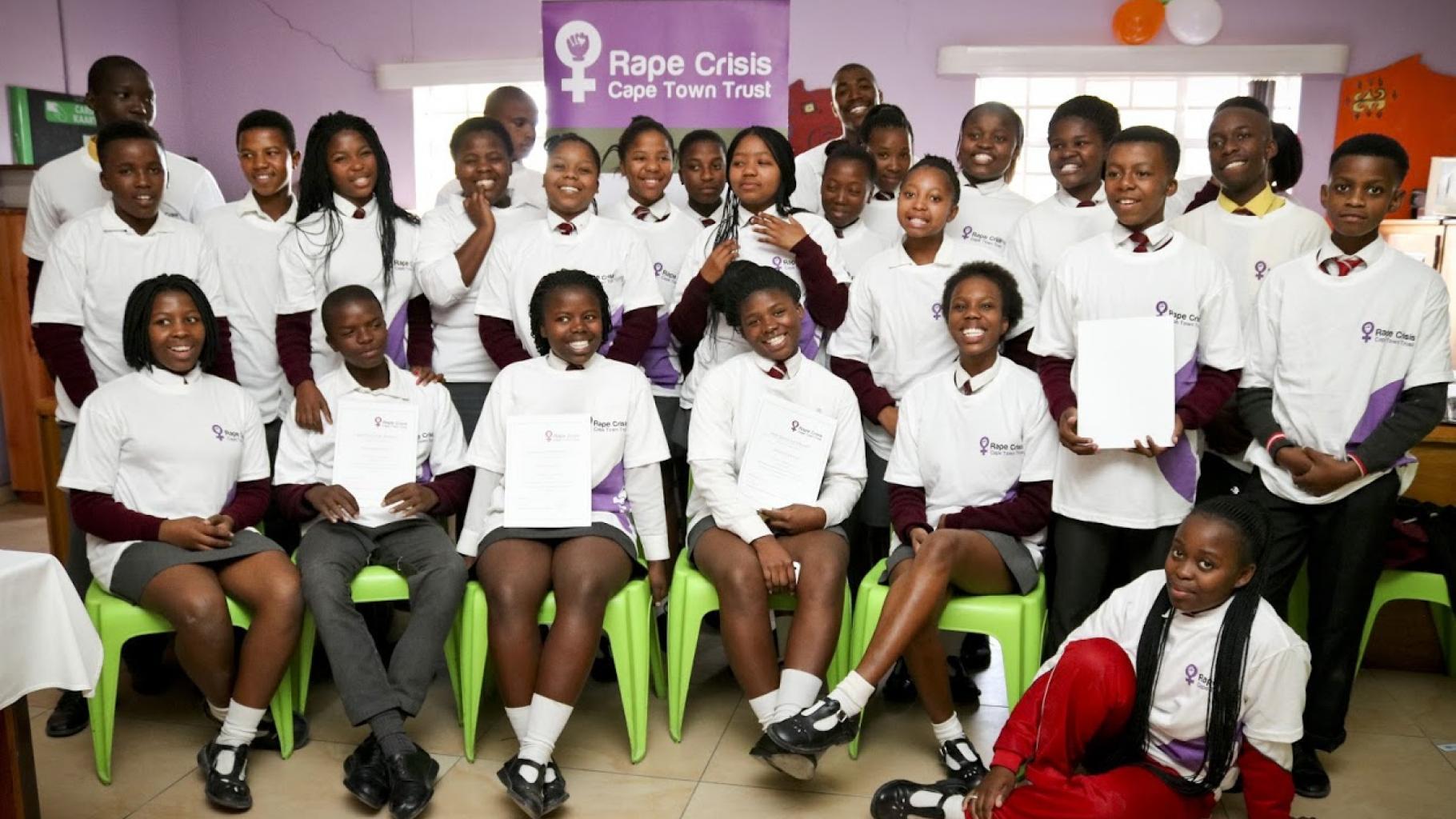 Solz präsentieren Jugendliche ihr Zertifikat als Peer Educator.