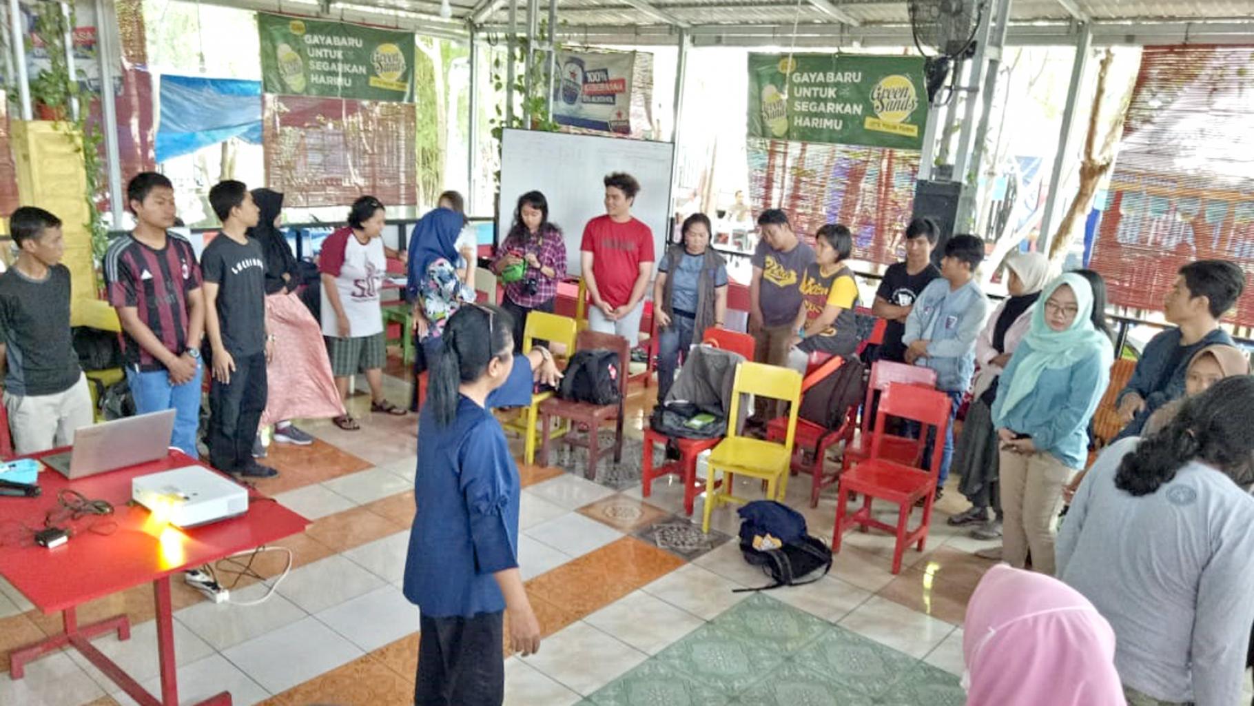 Cahyanti B Ratri bei der Durchführung eines Safeguarding-Trainings in Indonesien