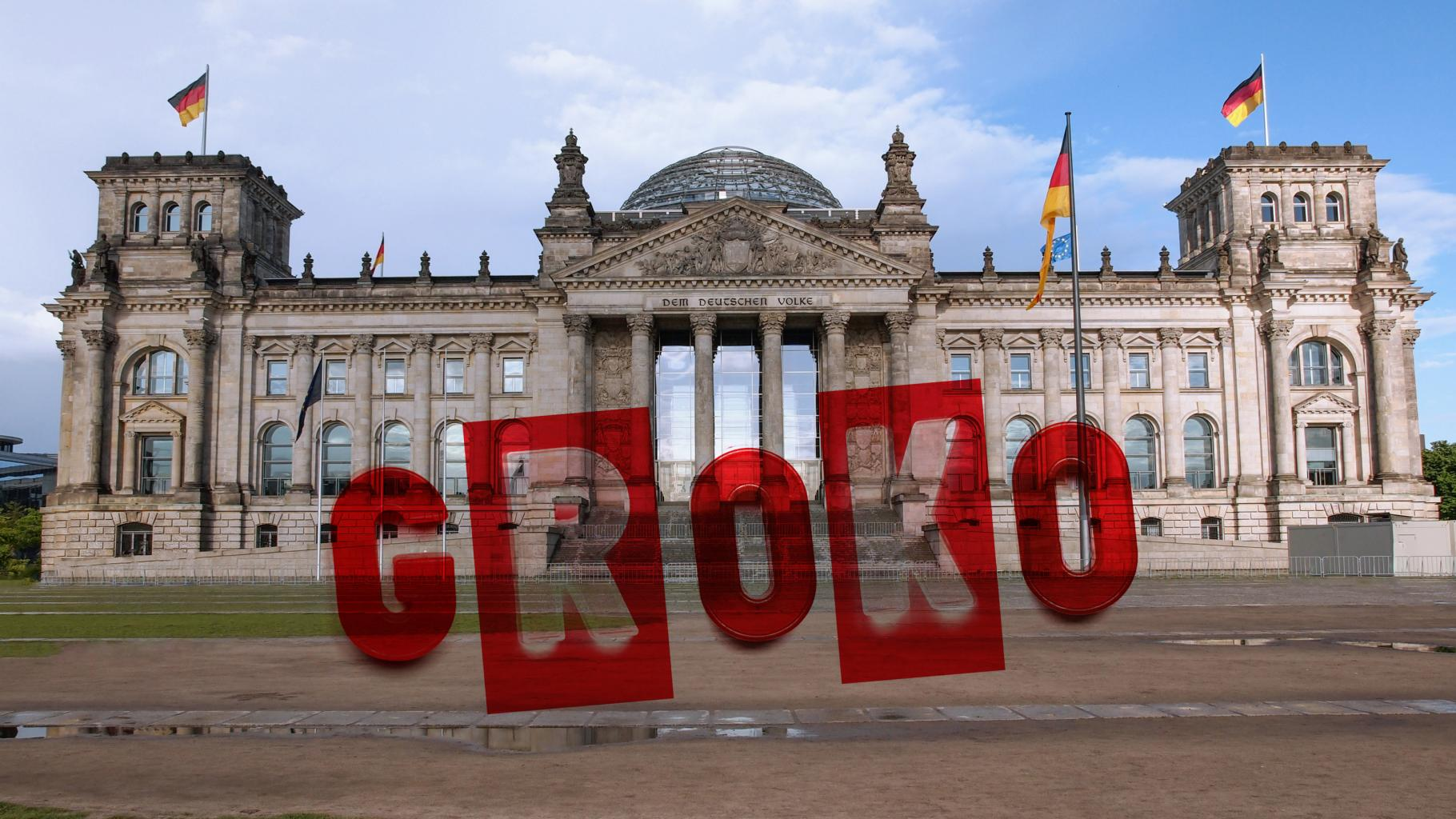 """Schriftzug """"GroKo"""" auf einem Foto des Reichstagsgebäudes"""