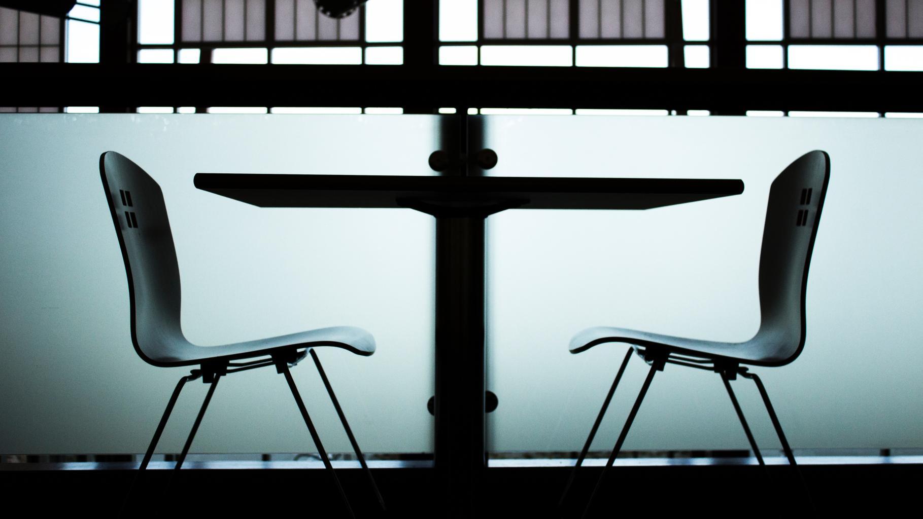 Ein Tisch mit zwei Stühlen