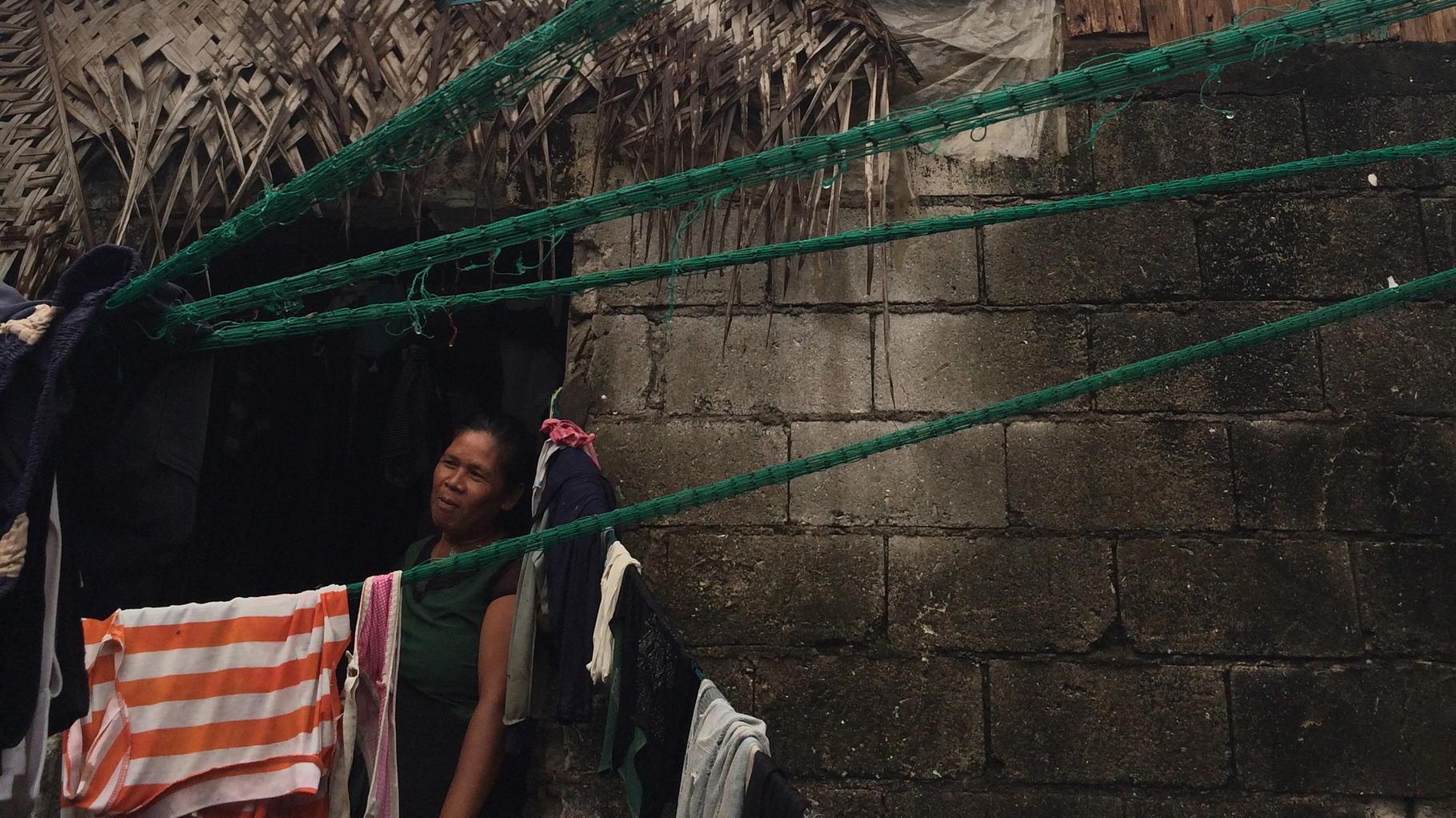 Valentina im Eingang ihres zerstörten Hauses