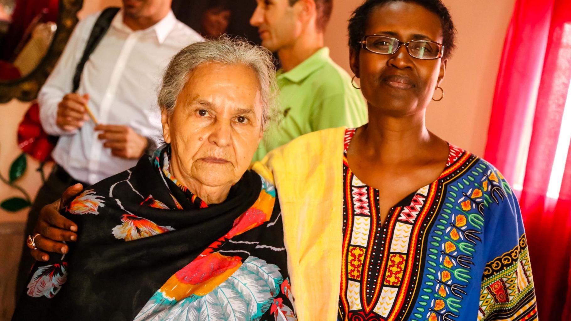 Austra, Mutter von Berta Cáceres, mit Winnie Byanyima