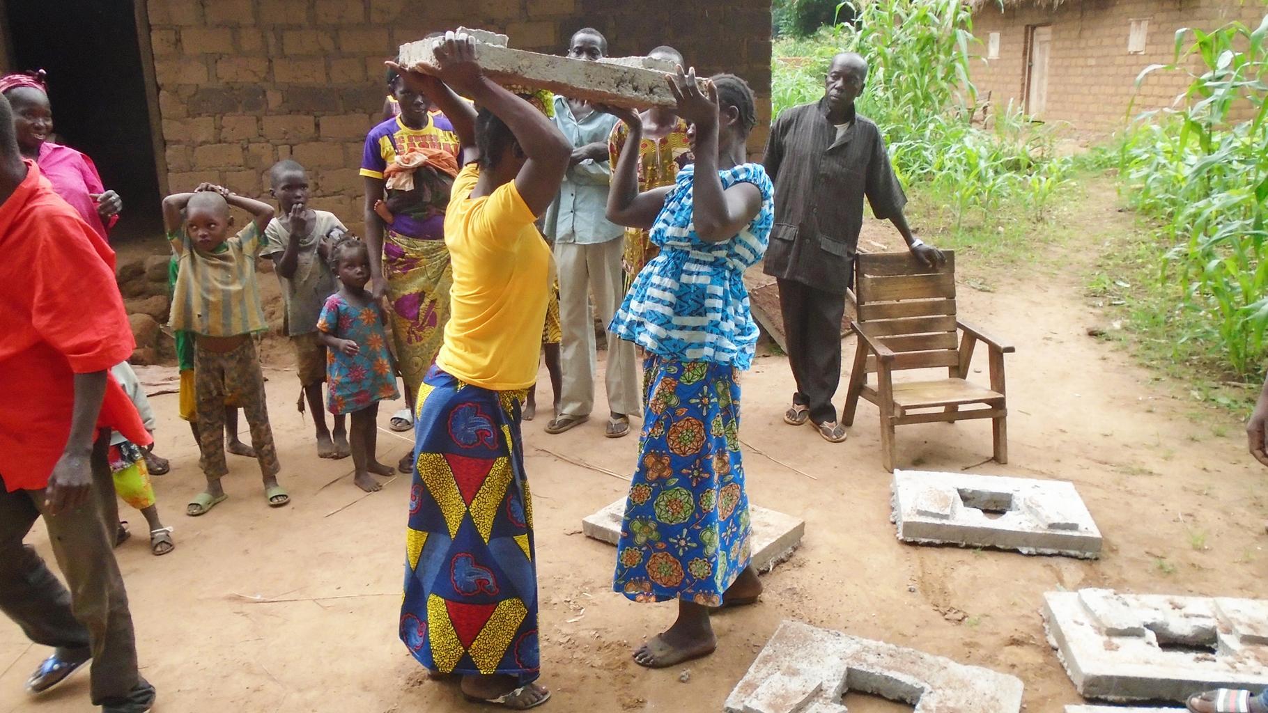 Frauen tragen Betonplatten