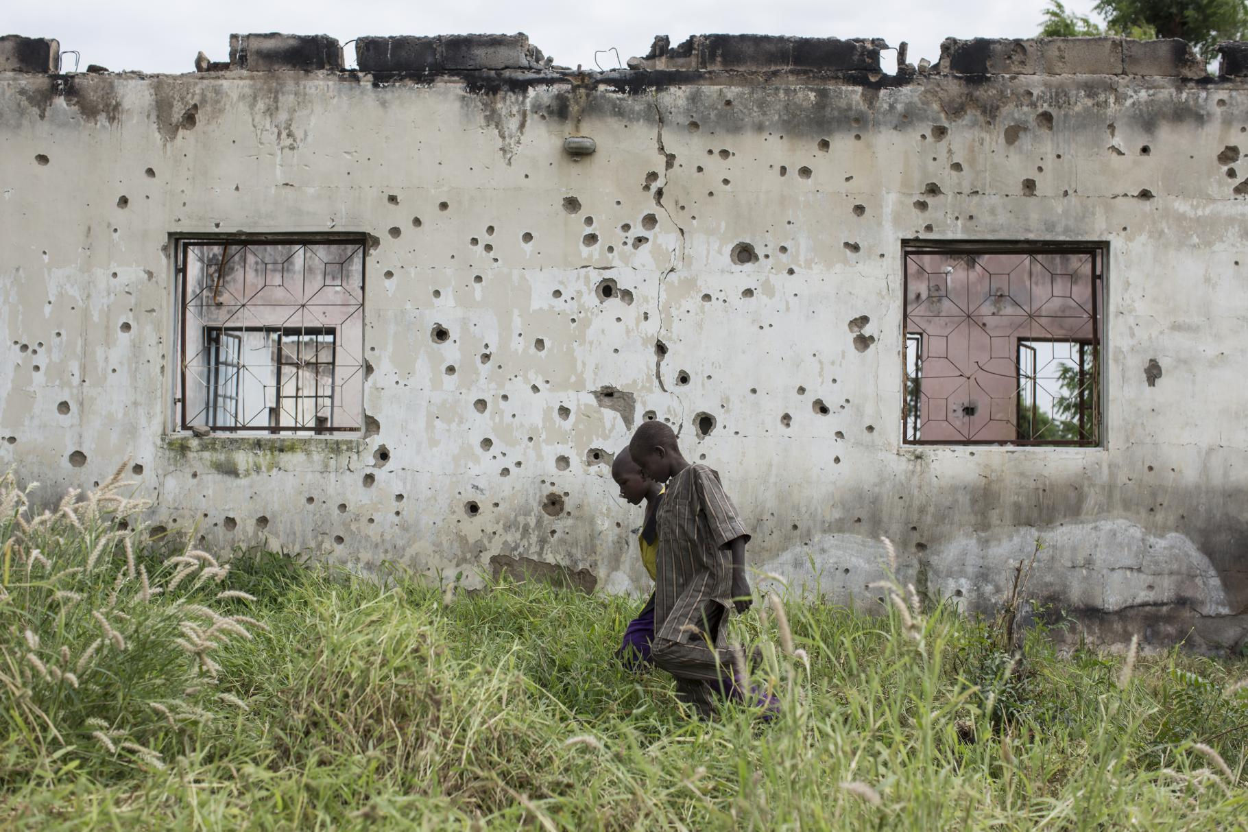 Schusslöcher markieren die Mauer einer zerstörten Schule in Banki in der Taschadee-Region in Nordost-Nigeria