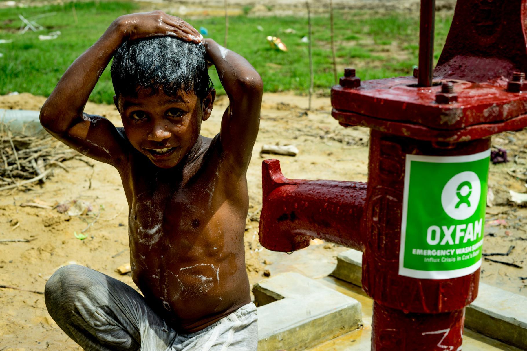 Der Junge Mohammad in Bangladesch wäscht sich an einer Wasserpumpe