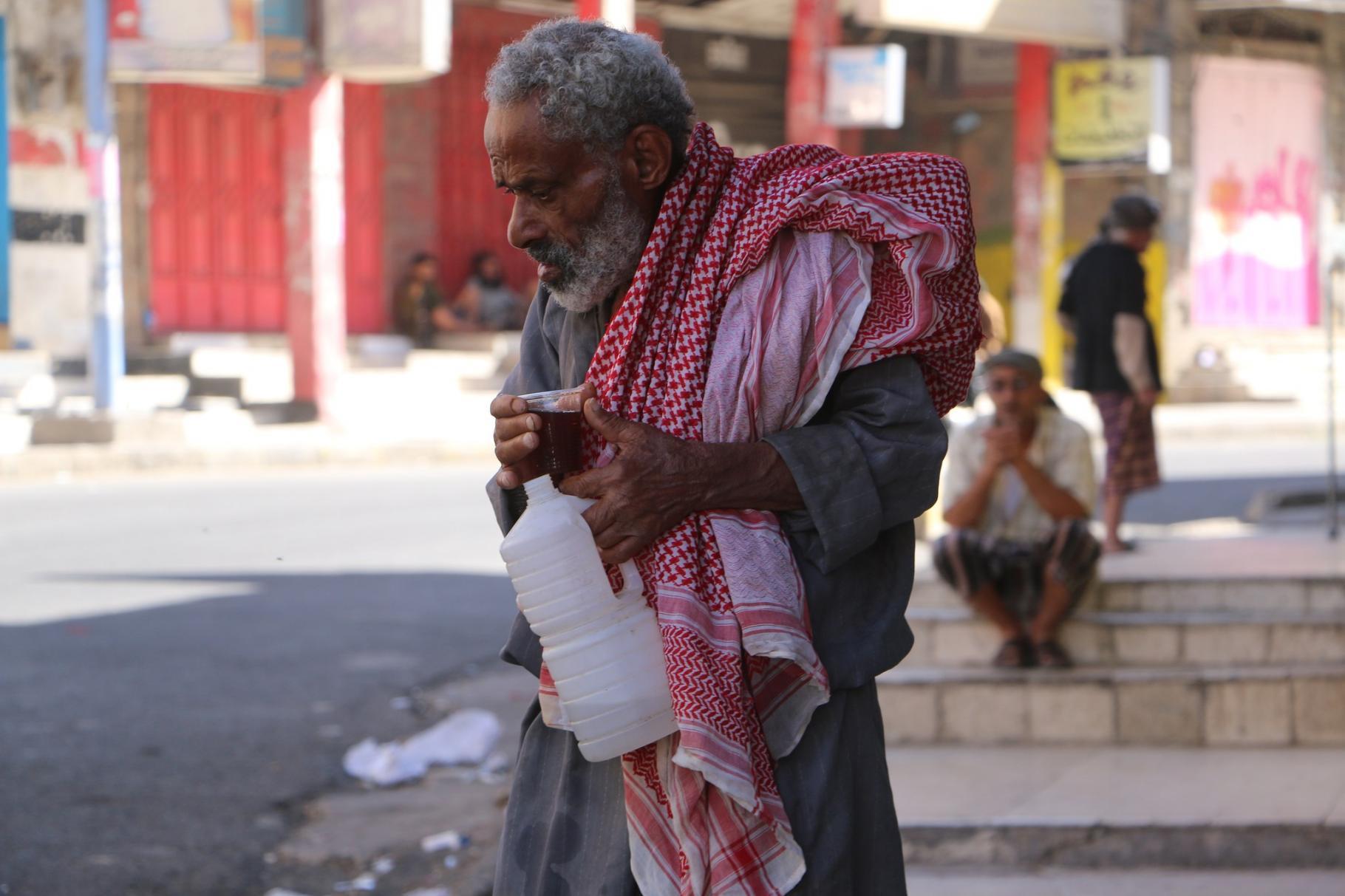 Ein Mann bettelt vor Cafés und Restaurants.