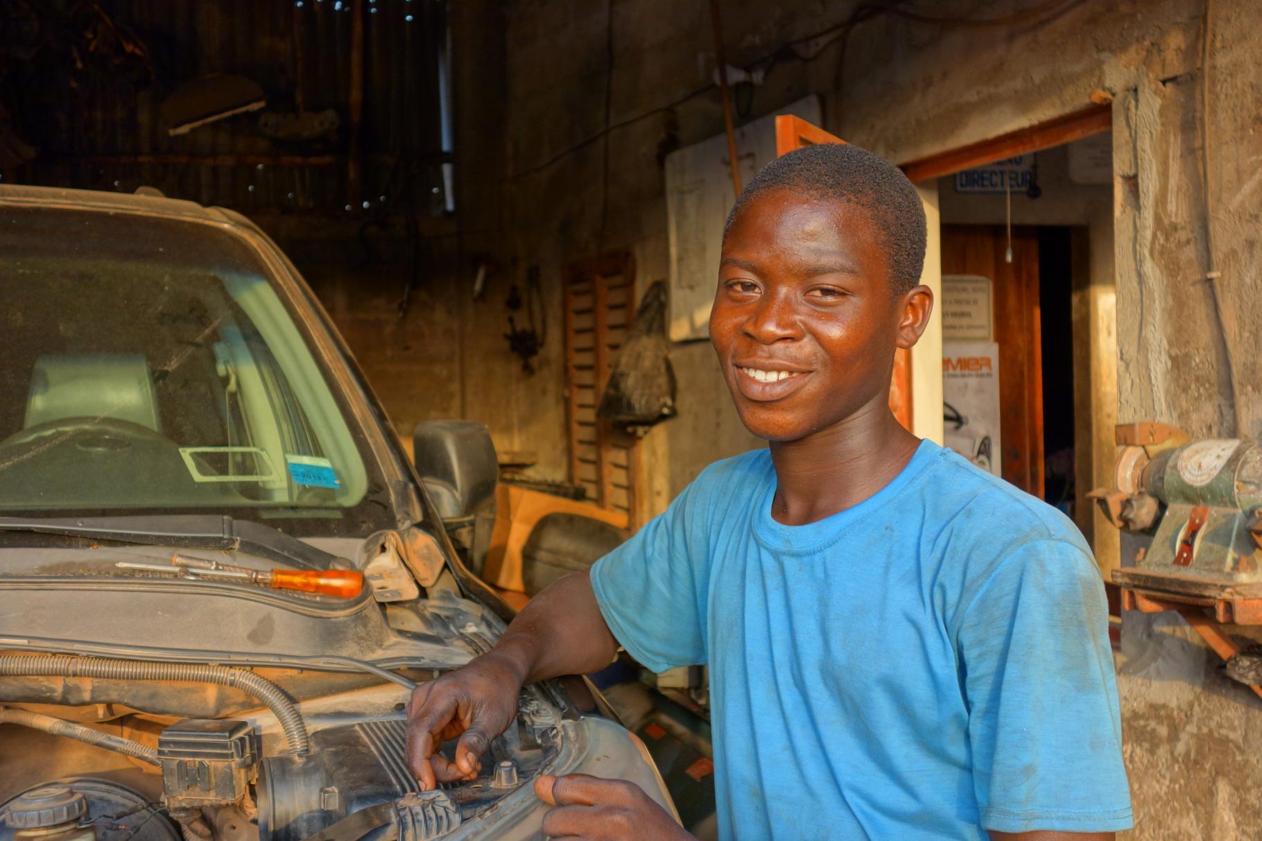 Michael aus Benin in der Autowerkstatt, in der er ausgebildet wird