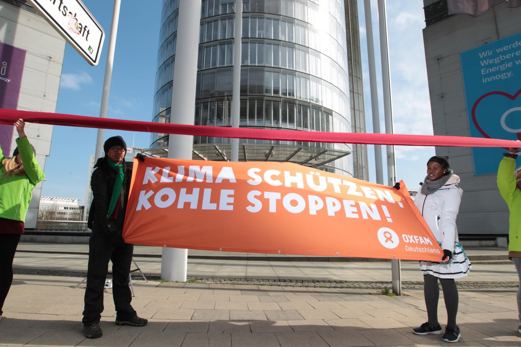A.G. Saño (Philippinen) und Chinma George (Nigeria) bei einer Demonstration vor der Zentrale des Energiekonzerns RWE in Essen