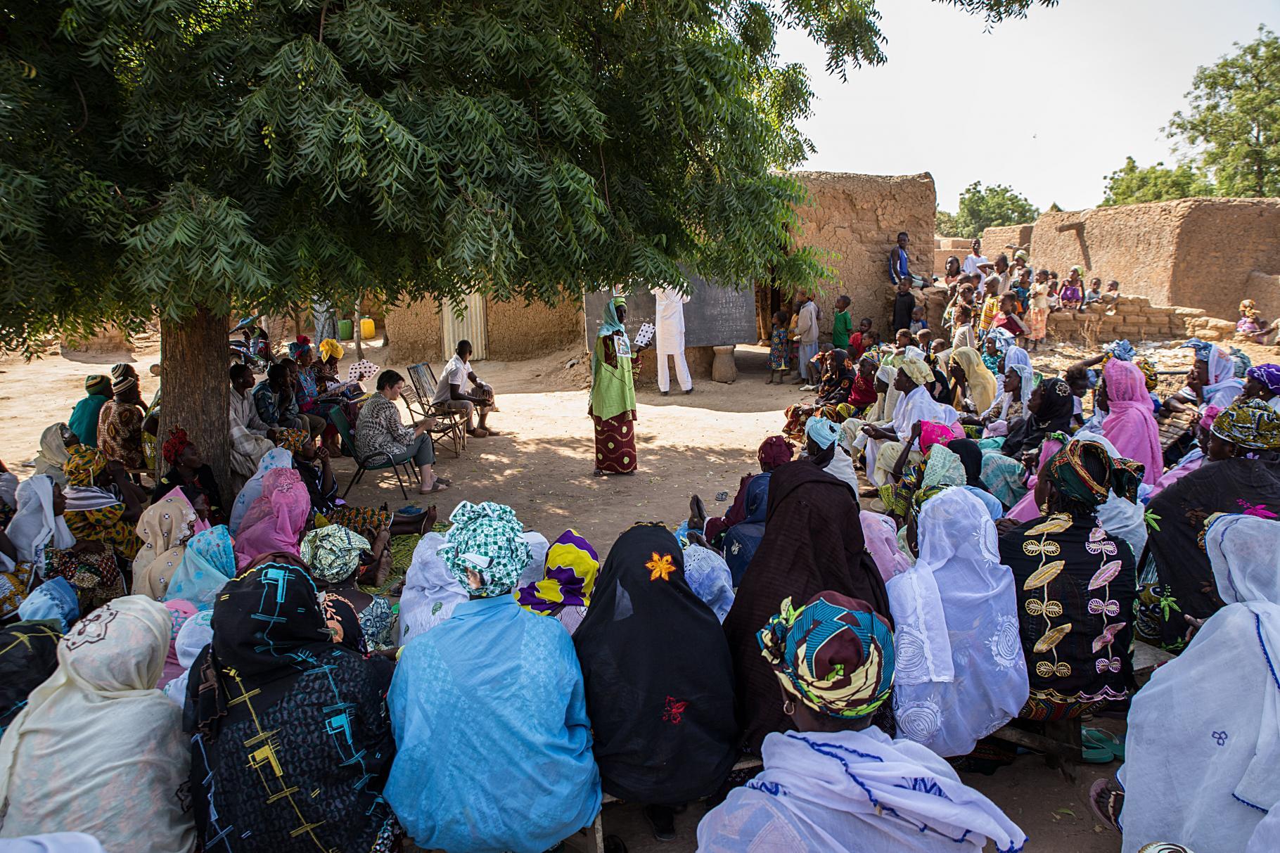 Bildergestützte Sensibilisierungsarbeit im Dorf Toumani
