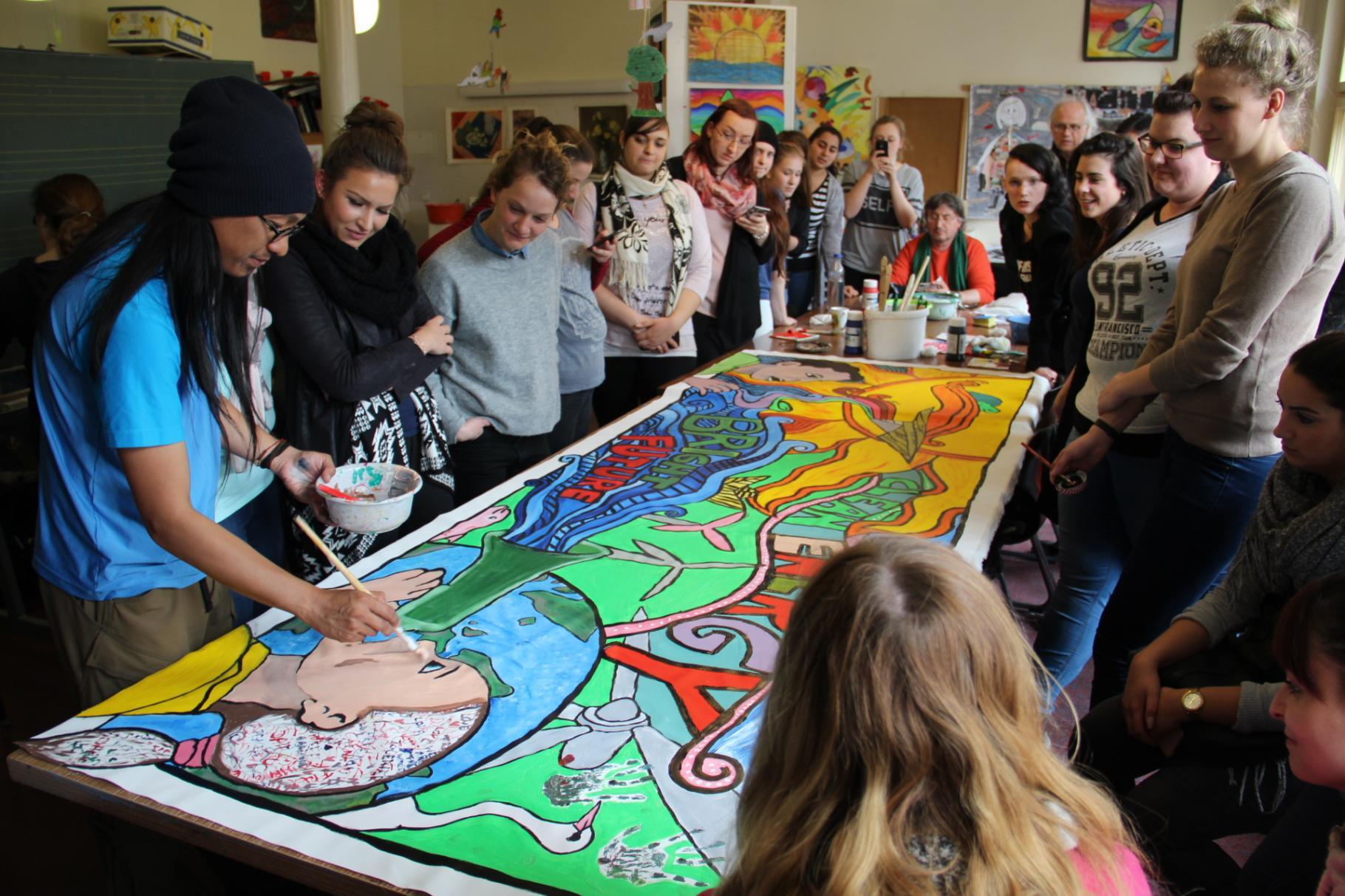 Gemeinsam mit Berliner Schüler/innen gestaltet A. G. Saño ein Kunstwerk zum Thema Klimawandel