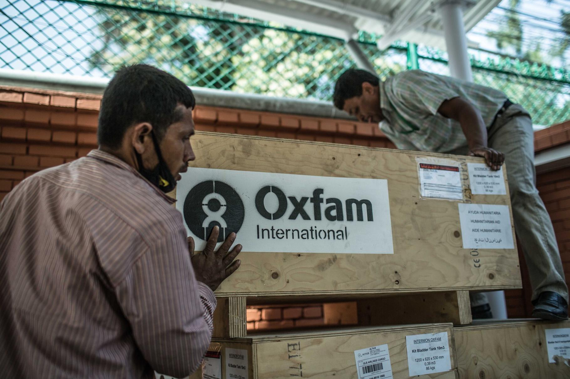 Oxfam-Mitarbeiter laden Latrinen auf einen LKW