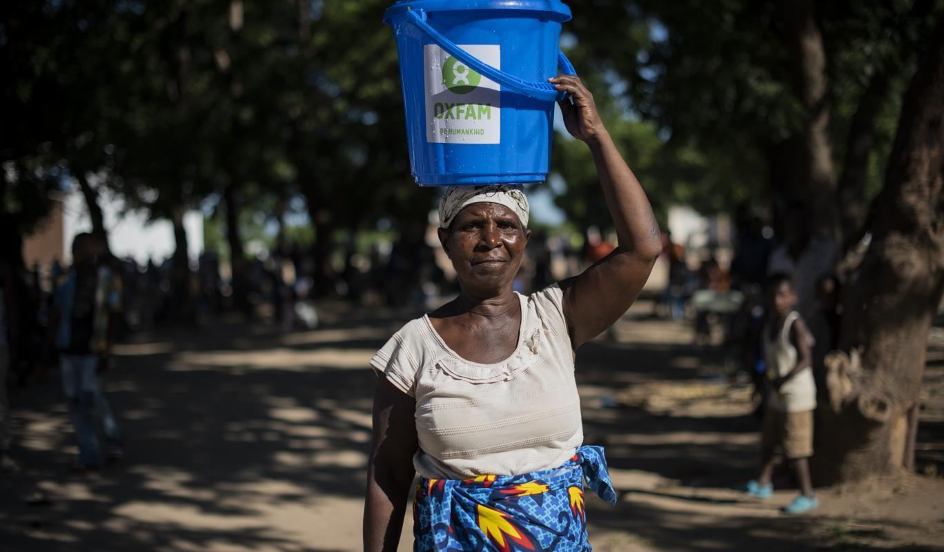 Die 65-jährige Fainesi mit einem Oxfam-Wassereimer